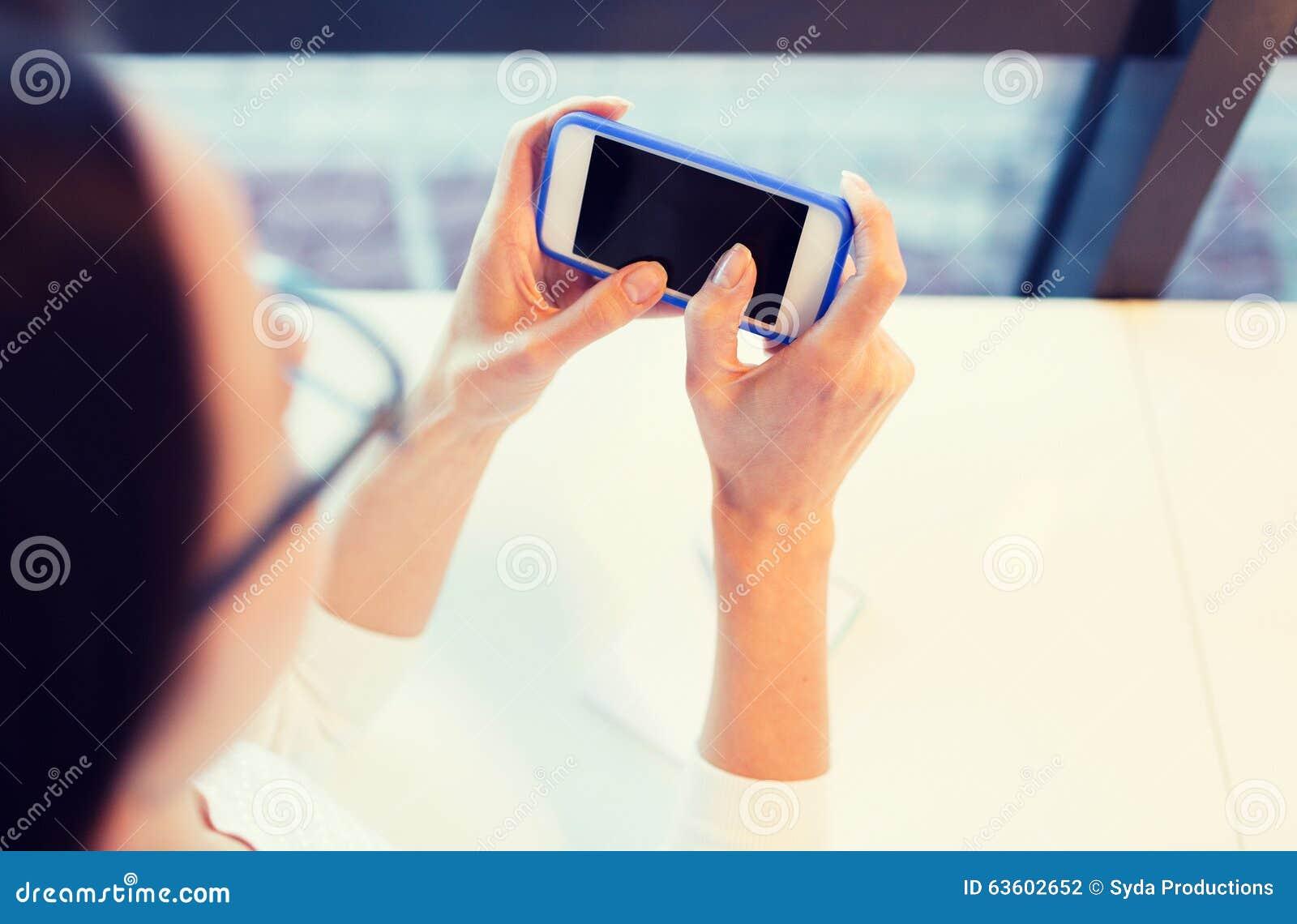 Femme avec telephone
