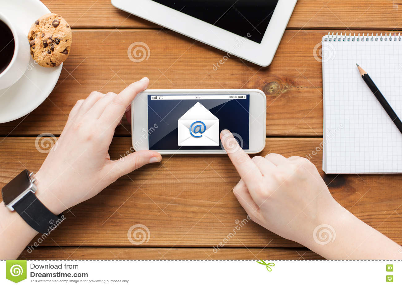 Fermez vous de la femme avec le smartphone sur la table en for Sur la table application