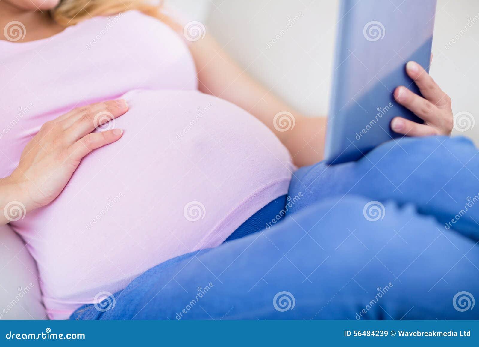Fermez-vous de la femme enceinte à l aide du comprimé