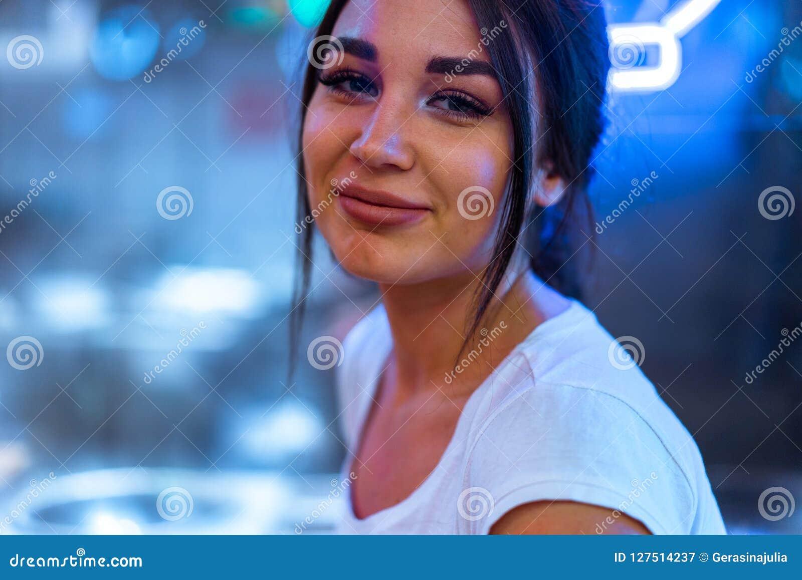 Fermez-vous de la jolie femme en café de cuisine asiatique regardant l appareil-photo et le sourire