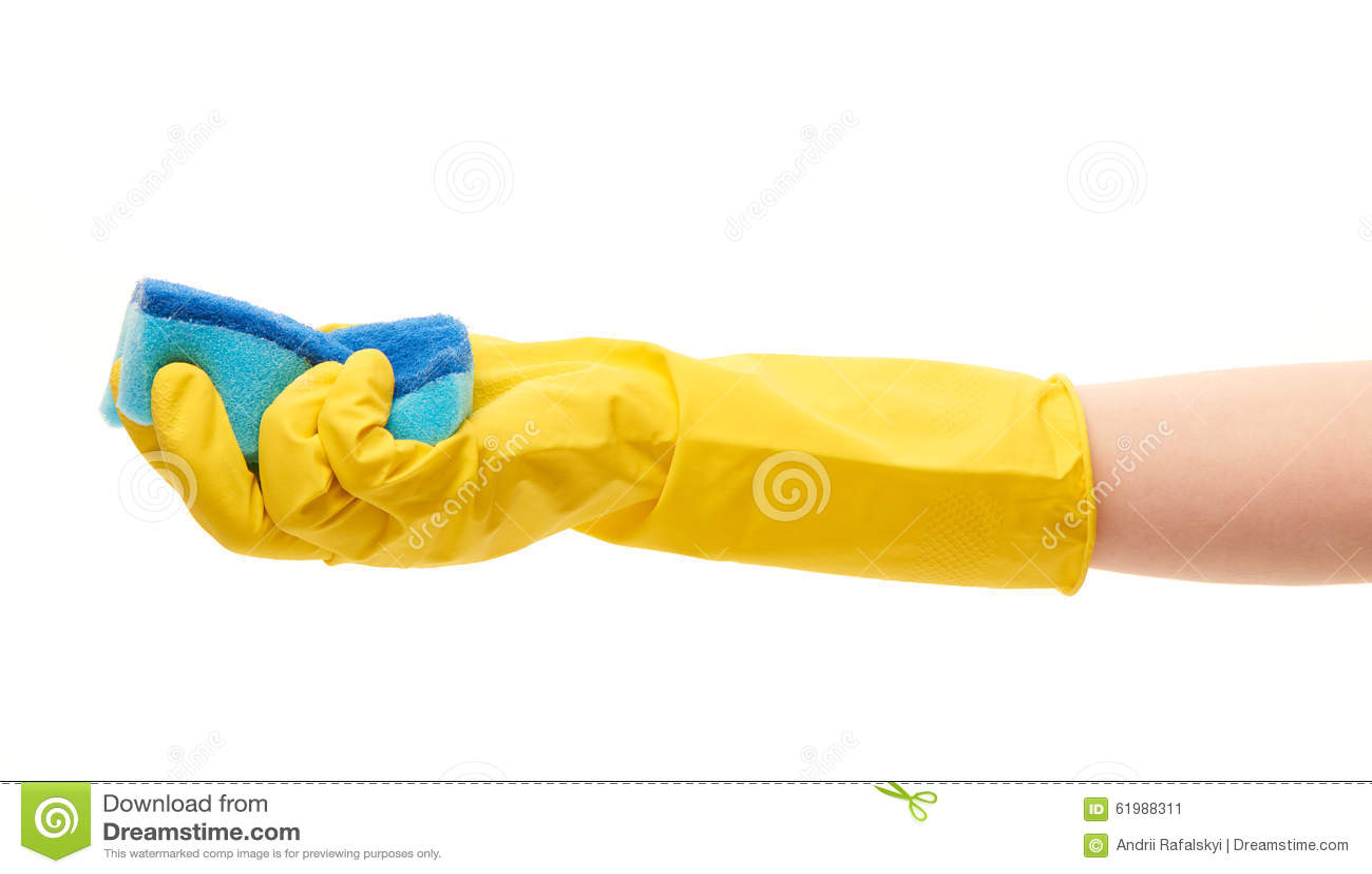 Fermez-vous de la main femelle dans le gant en caoutchouc protecteur jaune tenant l éponge bleue de nettoyage