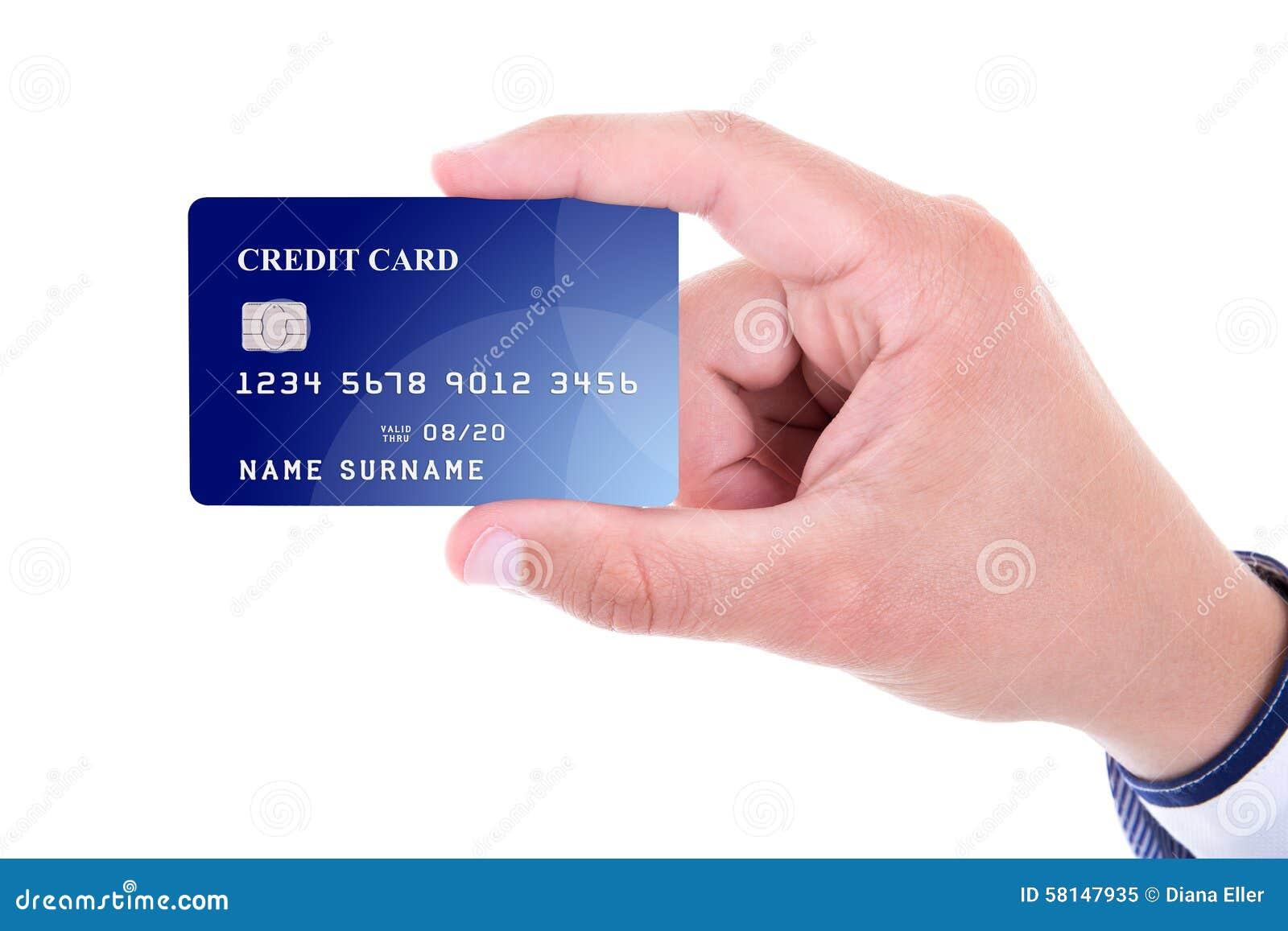 Fermez-vous de la main masculine jugeant la carte de crédit en plastique d isolement sur le wh