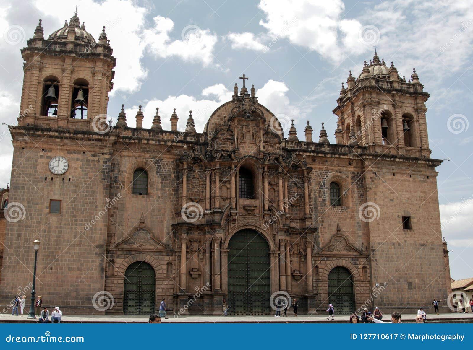 Fermez-vous de la vieille façade d église catholique dans Cuzco Pérou