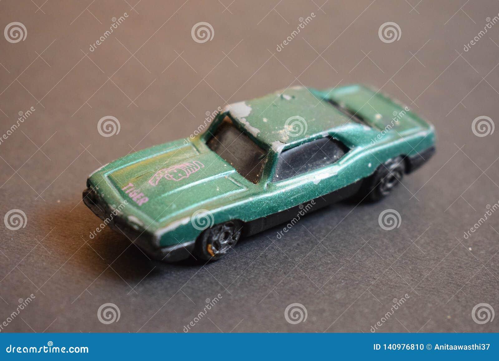 Fermez-vous de la voiture détruite colorée verte de jouet