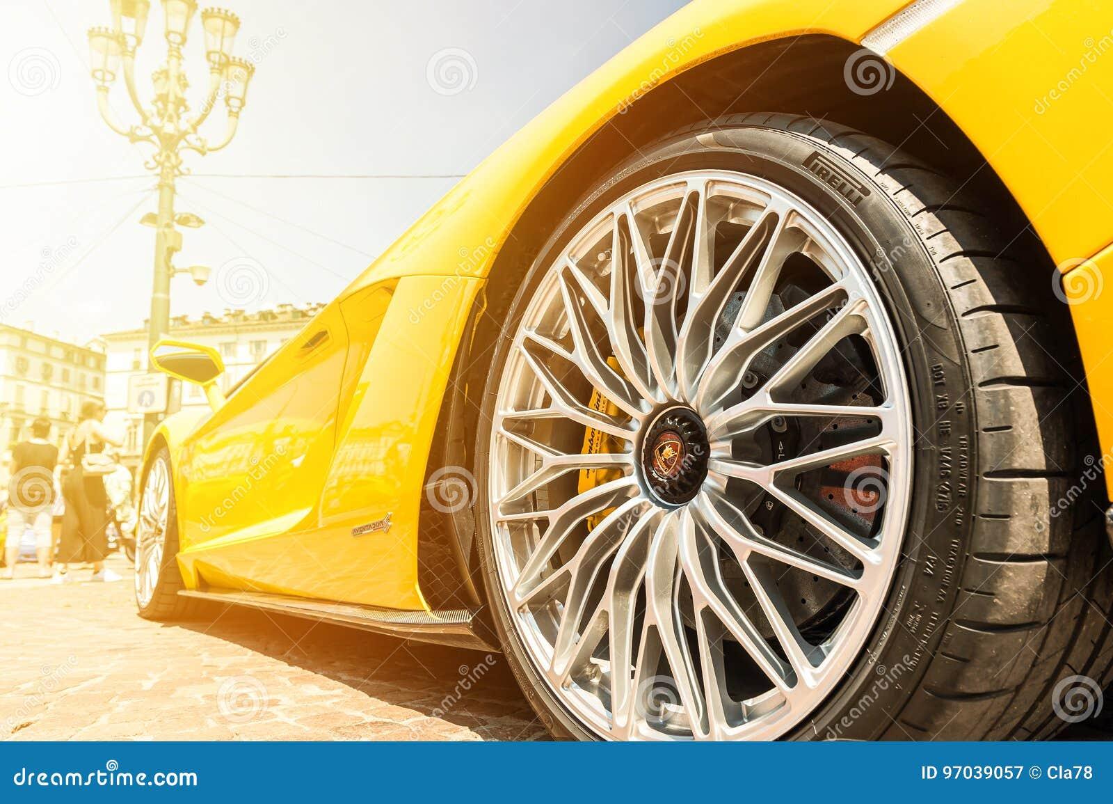 Fermez-vous de Lamborghini jaune Aventador
