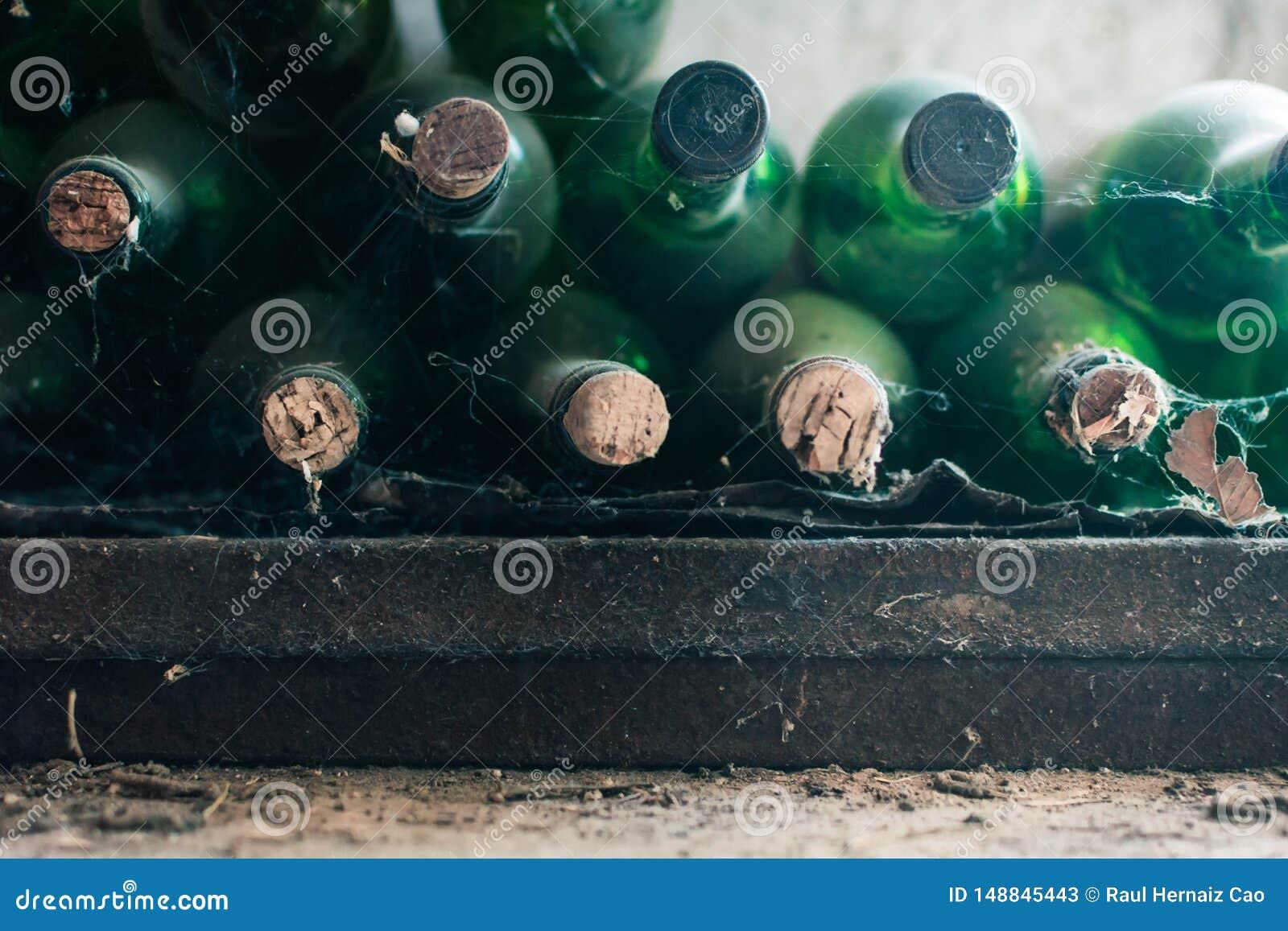 Fermez-vous de quelques bouteilles de vin tr?s vieilles et poussi?reuses dans une cave