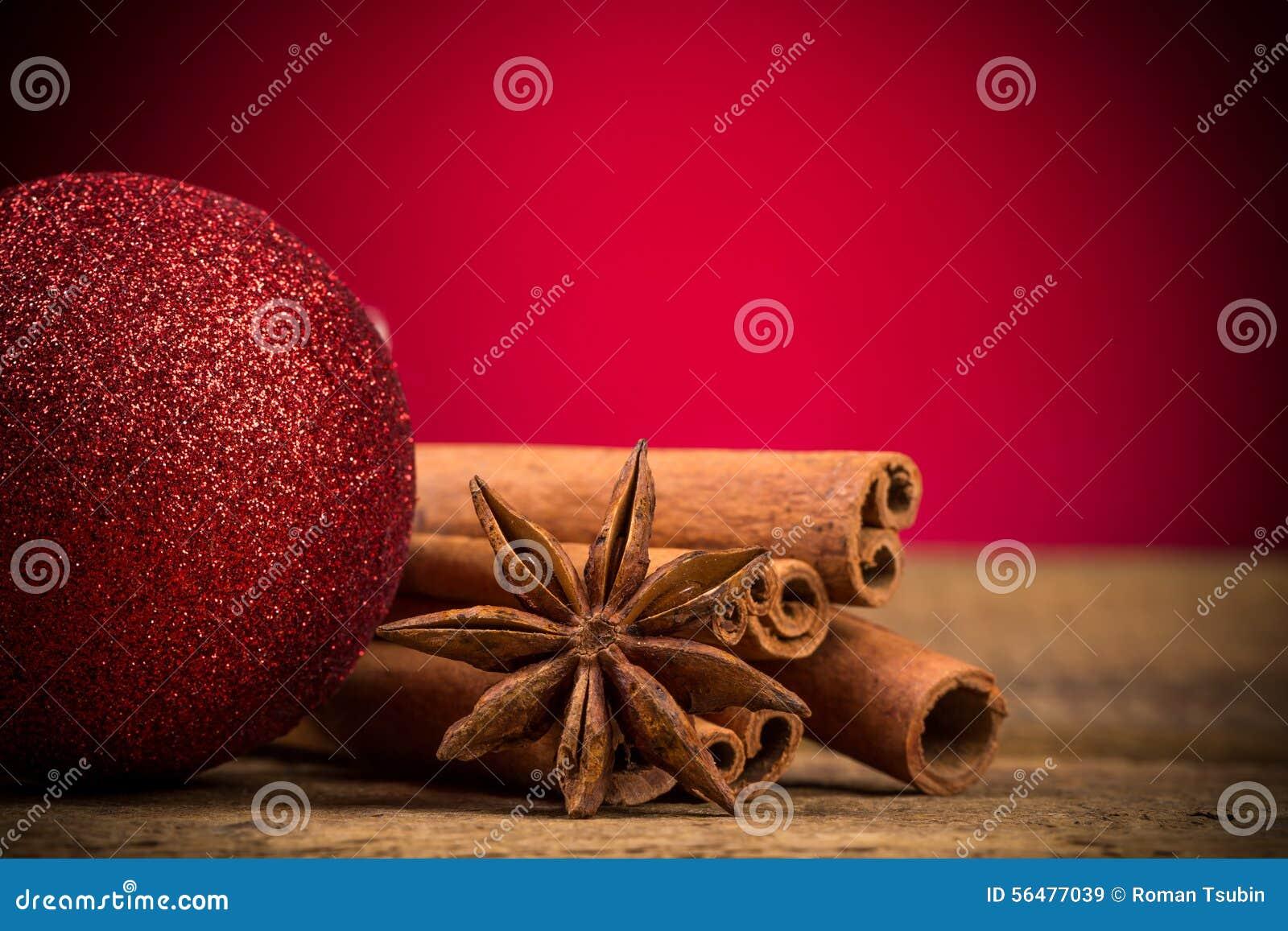 Fermez-vous des bâtons de cannelle et de l anis d étoile sur le bois