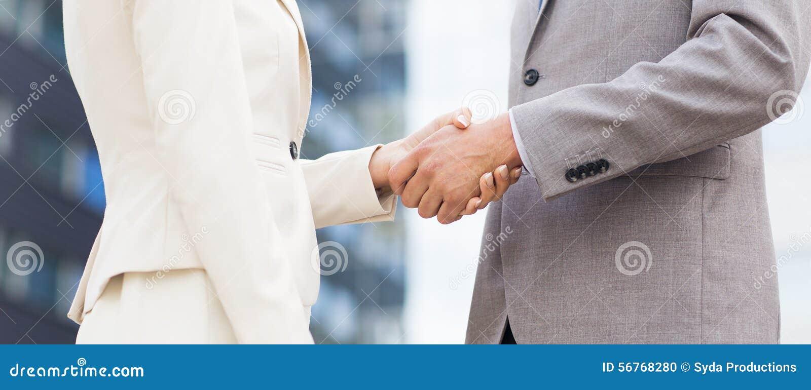 Fermez-vous des couples d affaires se serrant la main