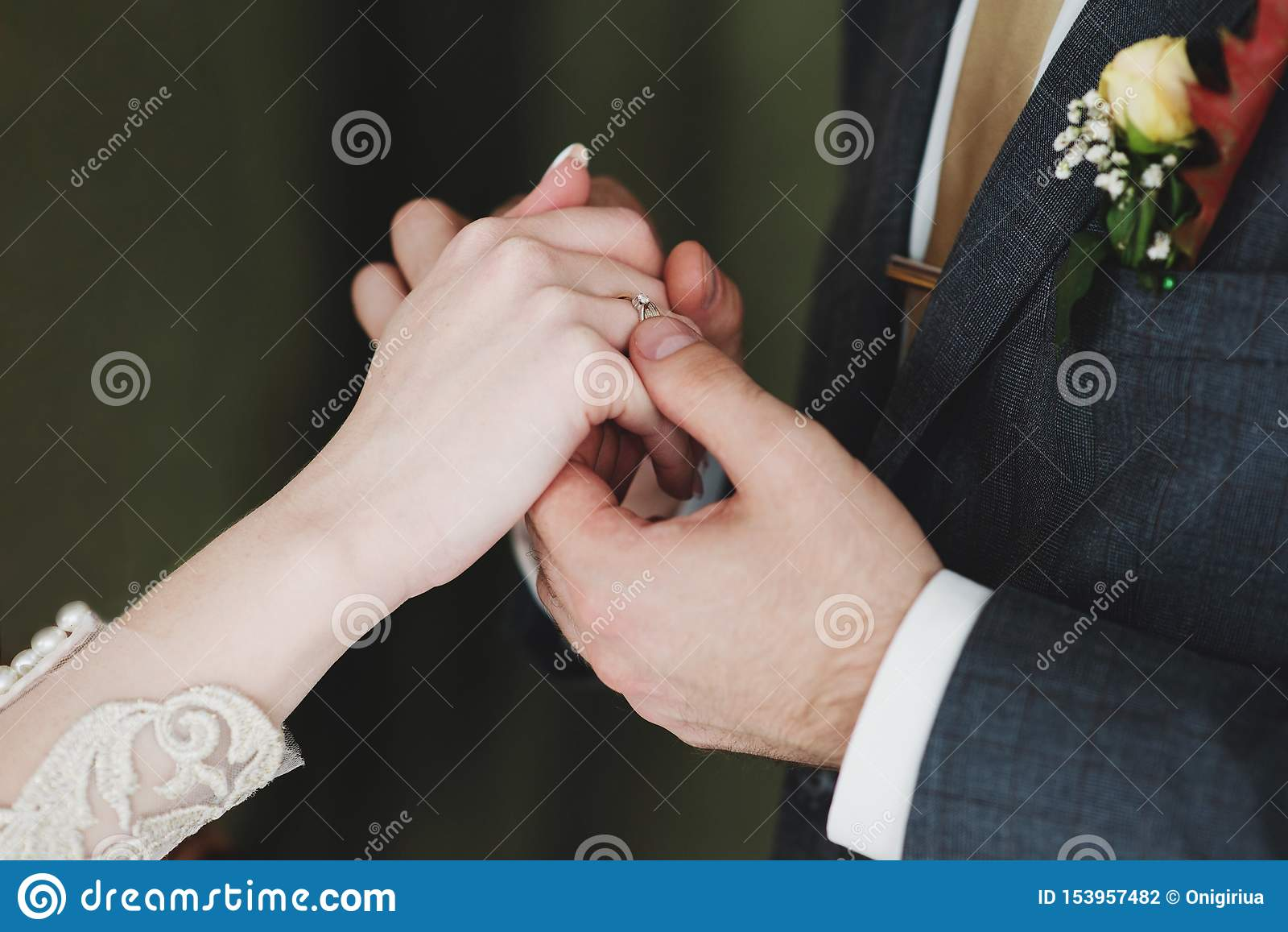 Fermez-vous des couples engagés tenant des mains avec l anneau de mariage