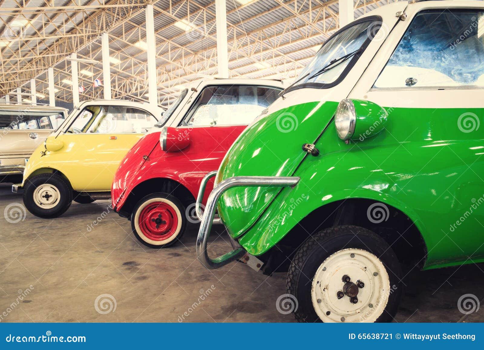 Fermez-vous des détails latéraux d une voiture de vert, rouge et jaune de vintage