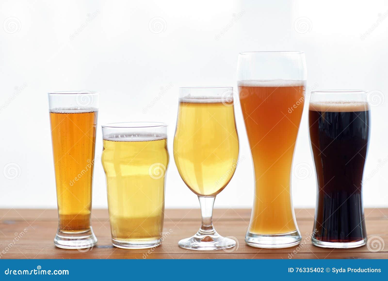 Fermez-vous des différentes bières en verres sur la table