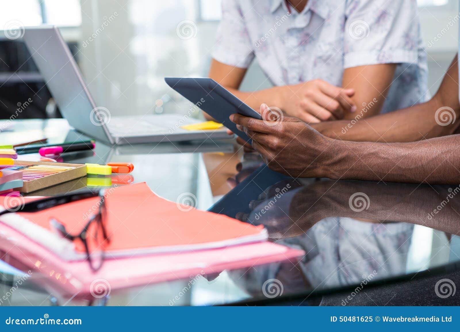 Fermez-vous des gens d affaires créatifs avec le comprimé numérique