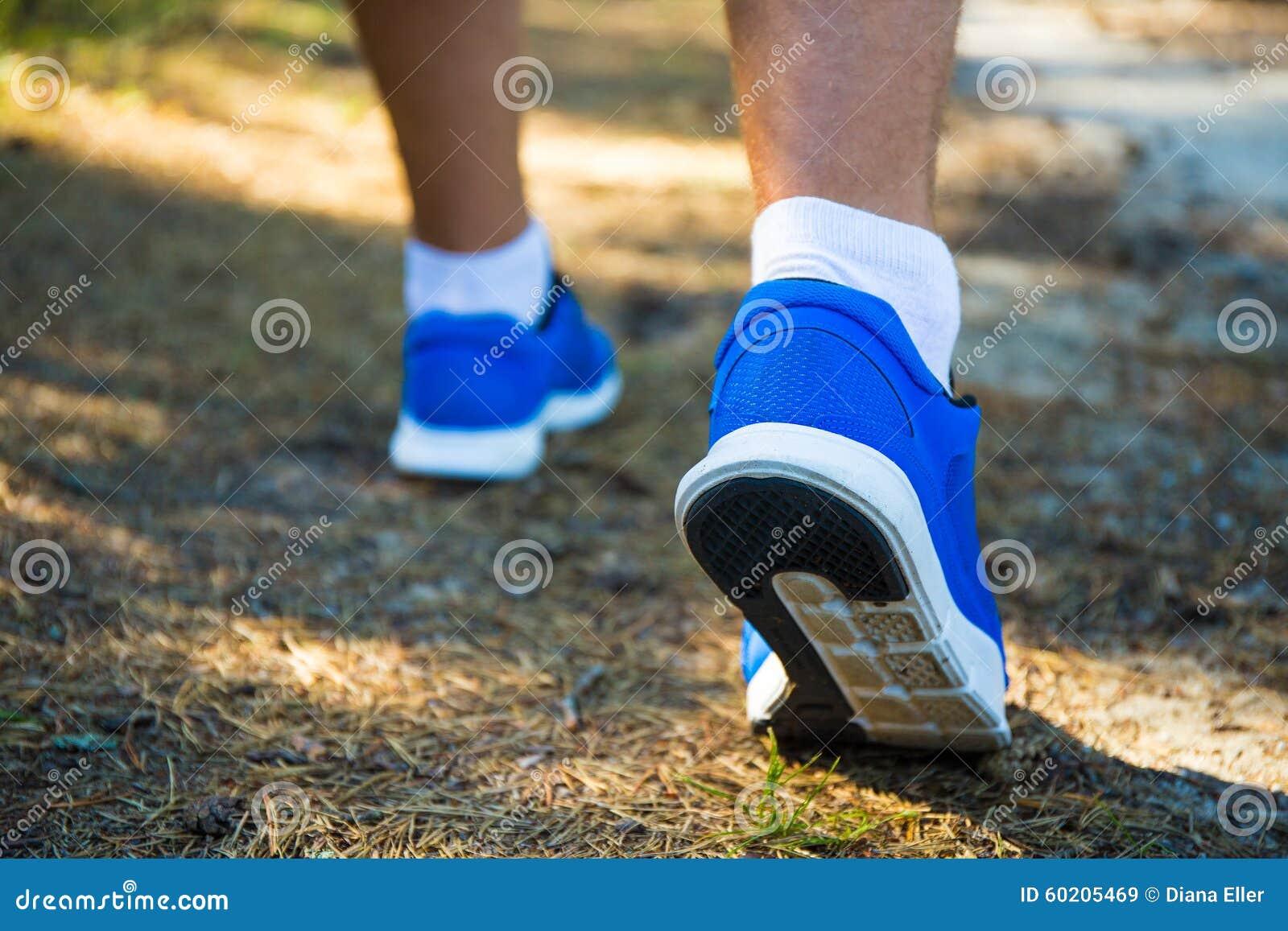 Fermez-vous des jambes masculines fonctionnant dans la forêt
