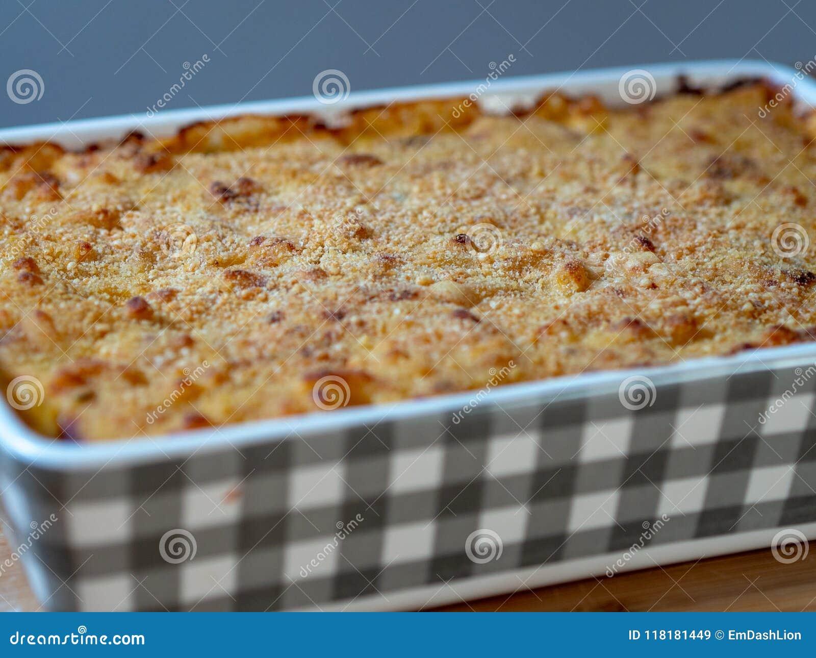 Fermez-vous des macaronis au fromage cuits au four dans un plat de cocotte en terre