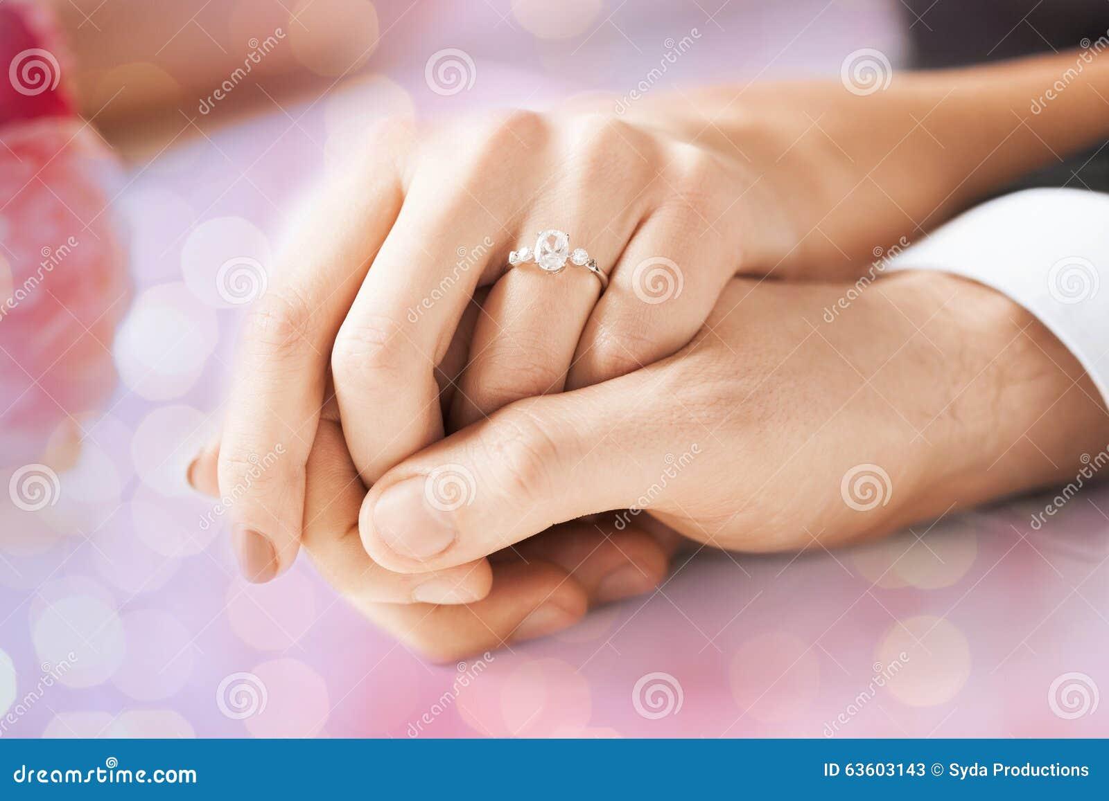 Populaire Mains De Couples Avec La Bague De Fiançailles Image libre de  CH18
