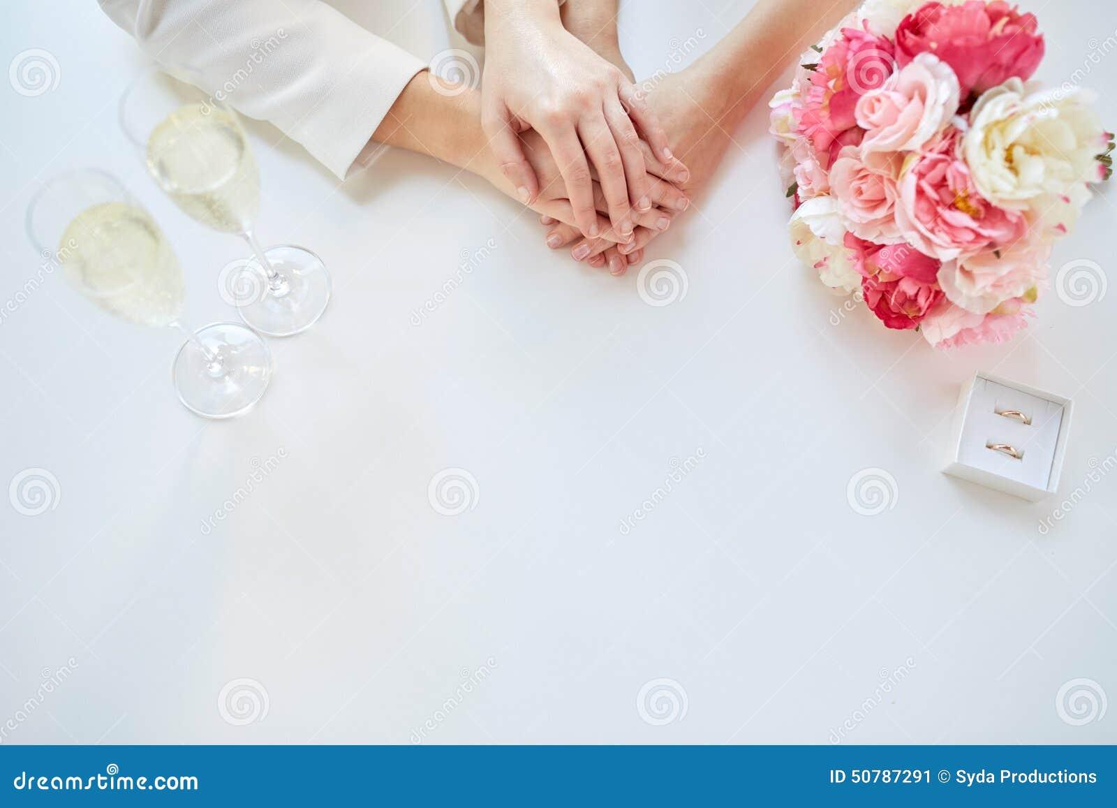 ... : Fermez-vous des mains de couples et des anneaux de mariage lesbiens