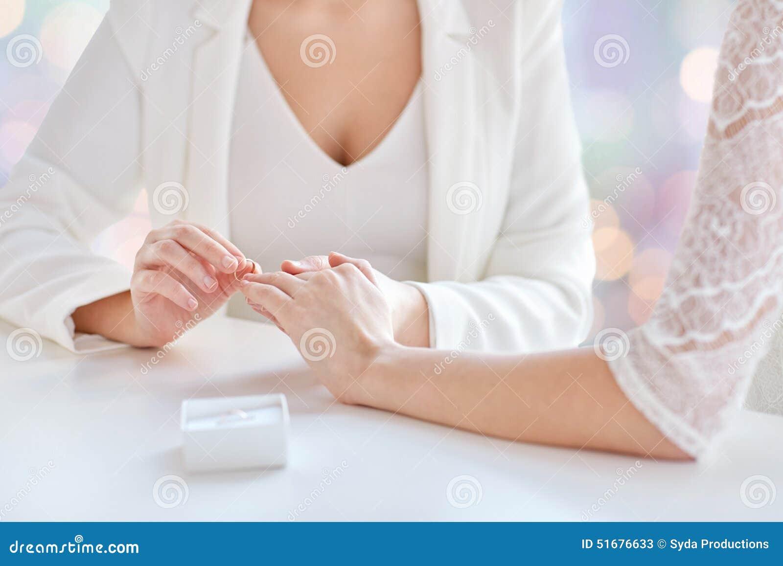 Fermez-vous Des Mains Lesbiennes De Couples Avec Lanneau De Mariage ...