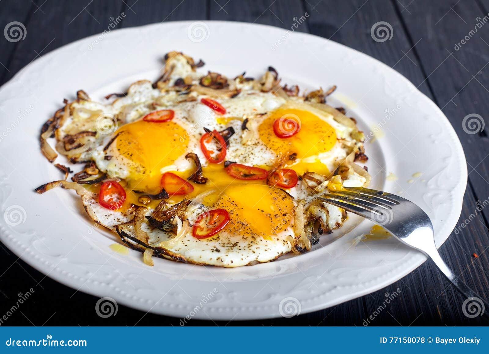 Fermez-vous des oeufs rôtis à l oignon et aux piments