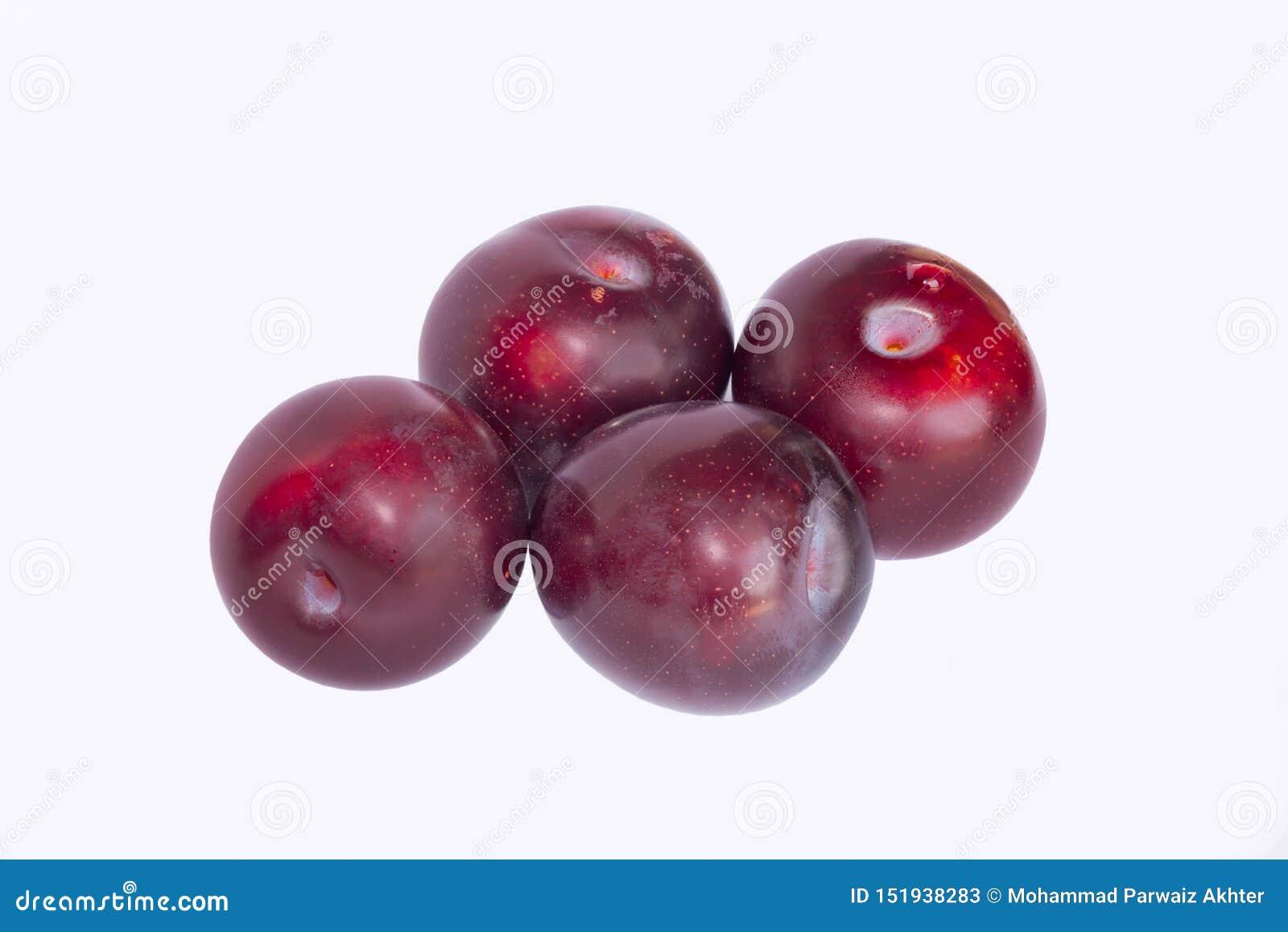 Fermez-vous des prunes de cerise rouges d isolement