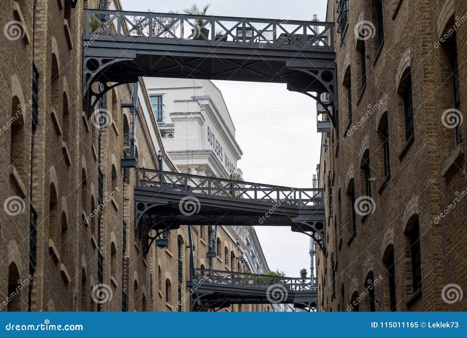 Fermez-vous du bâtiment d entrepôt de quai du ` s de Butler et des ponts historiques et rénovés en fer chez Shad Thames, Londres