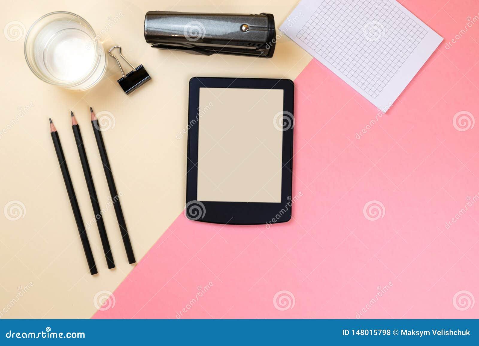 Fermez-vous du bureau cr?atif de bureau avec les approvisionnements vides de comprim? et d autres articles avec l espace de copie