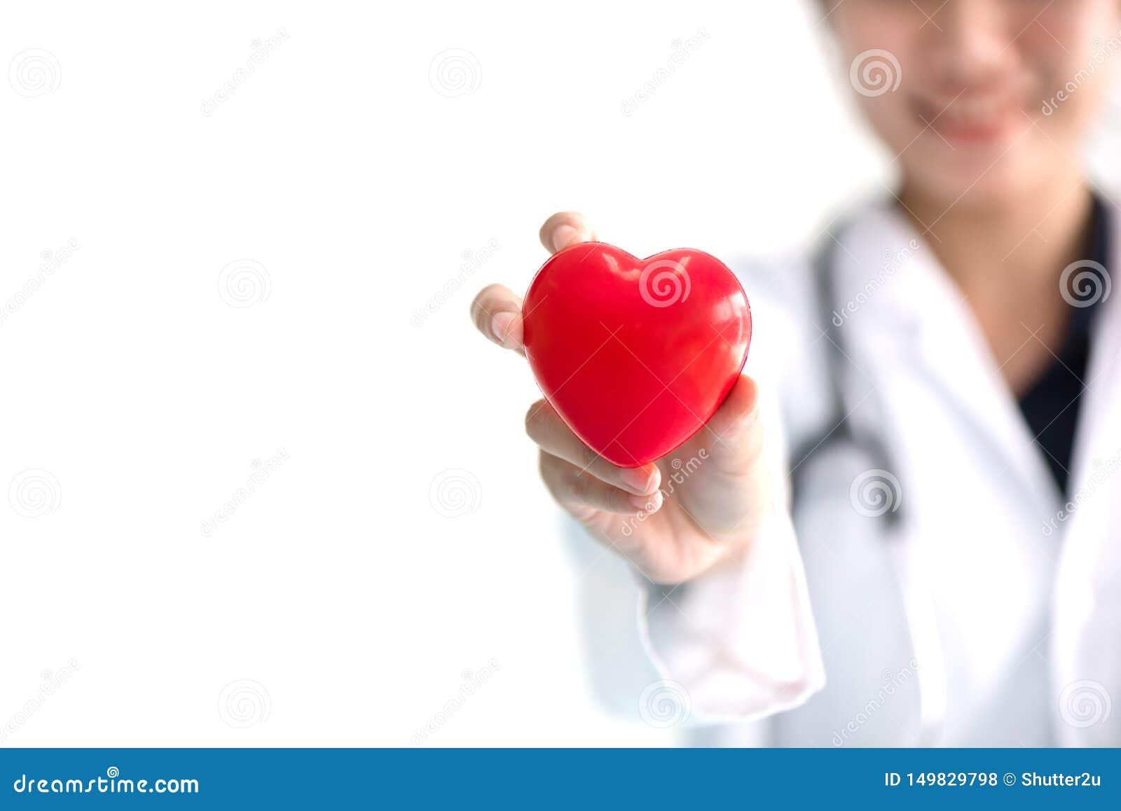 Fermez-vous du docteur f?minin avec le coeur rouge Concept m?dical et de soins de sant?