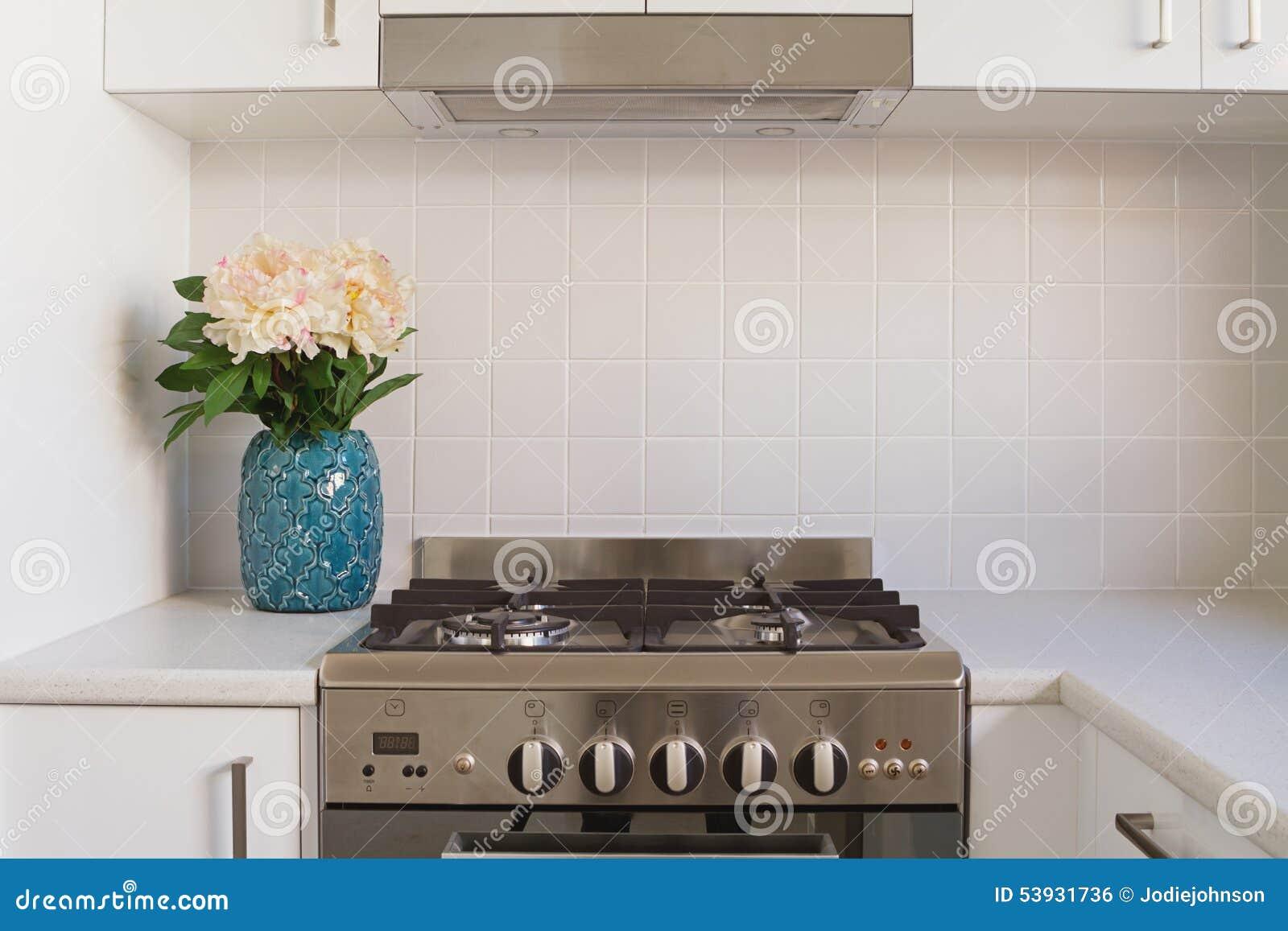 Fermez-vous du four de cuisine et du revêtement carrelé