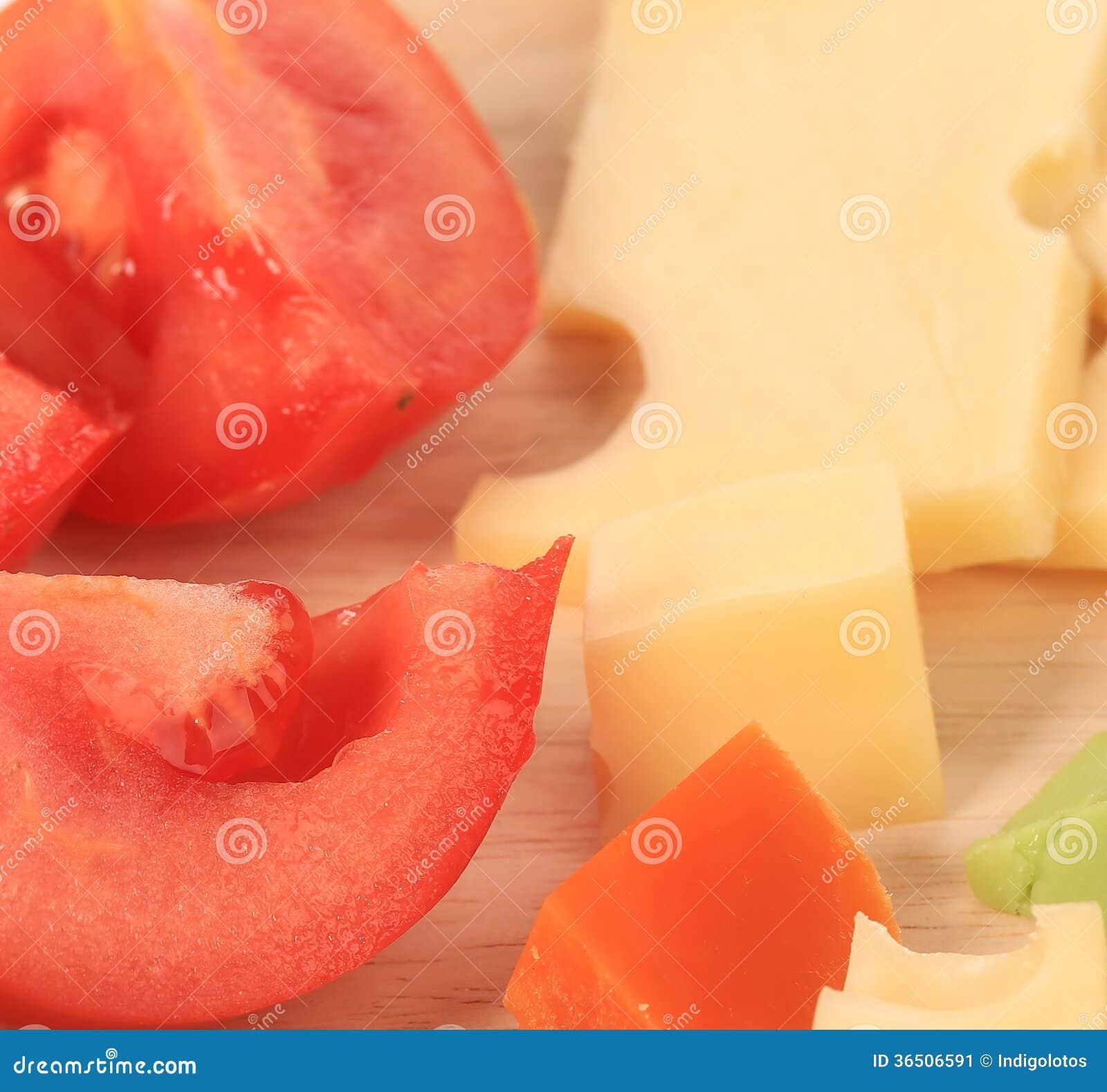 Fermez-vous du fromage et des tomates de varoius.