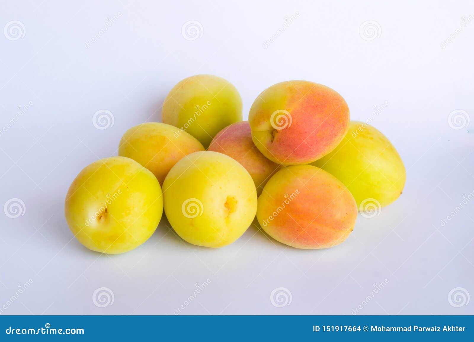 Fermez-vous du groupe de l abricot organique frais sur un backgrpund blanc