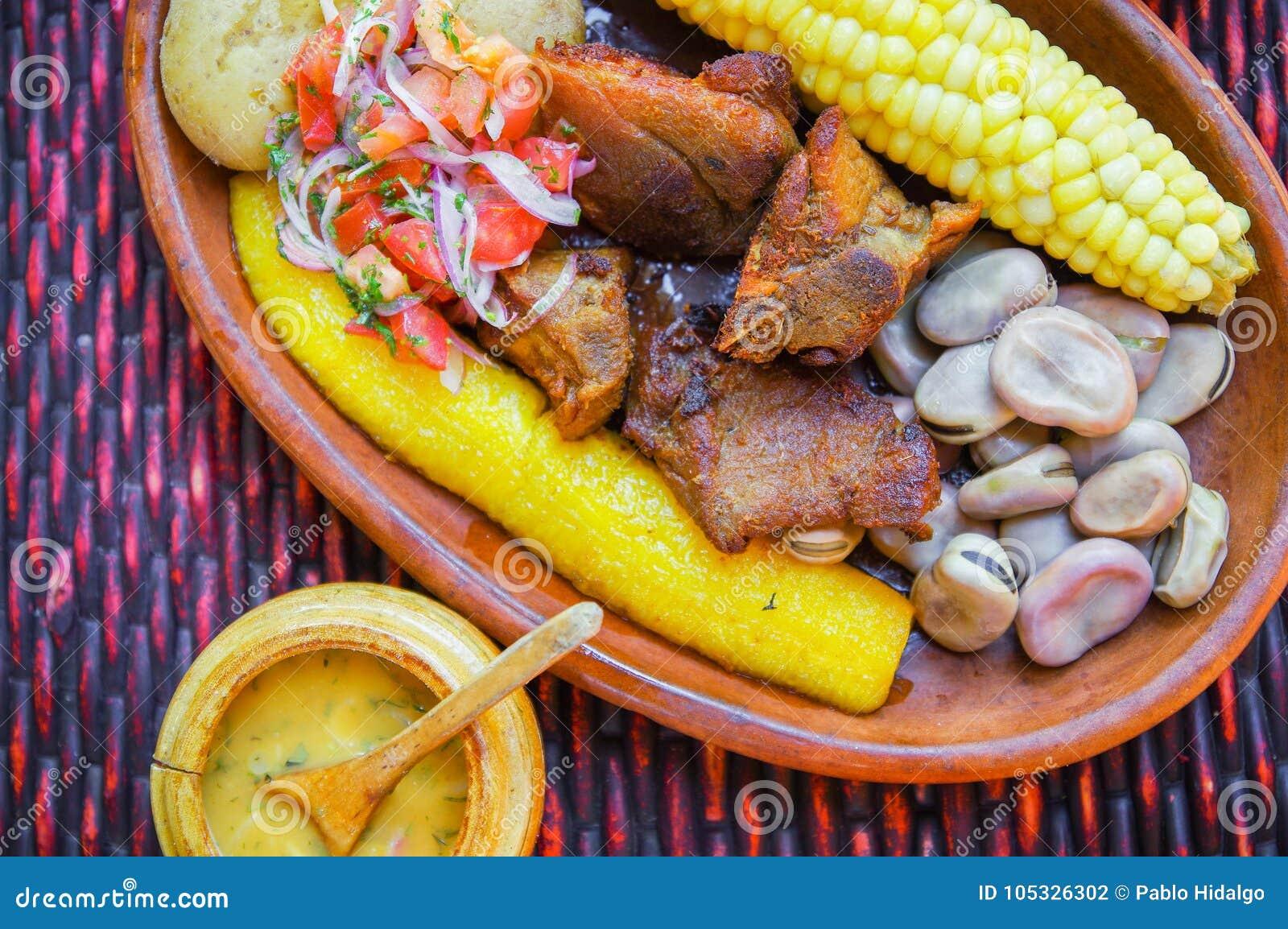 Fermez-vous du hornado délicieux, nourriture andine typique traditionnelle d ecuadorian servie avec du maïs, pomme de terre, sala