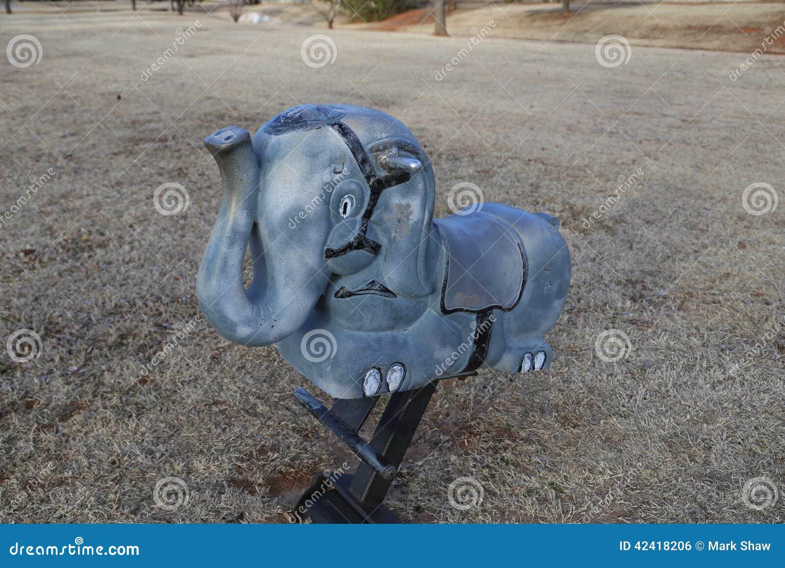 Fermez-vous du jouet d éléphant au parc