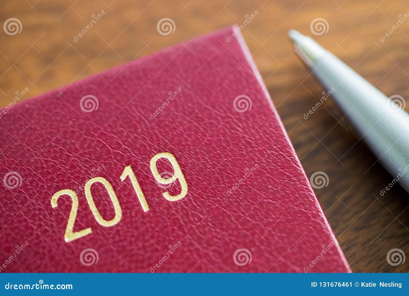 Fermez-vous du journal intime 2019 avec Pen On Wooden Desk