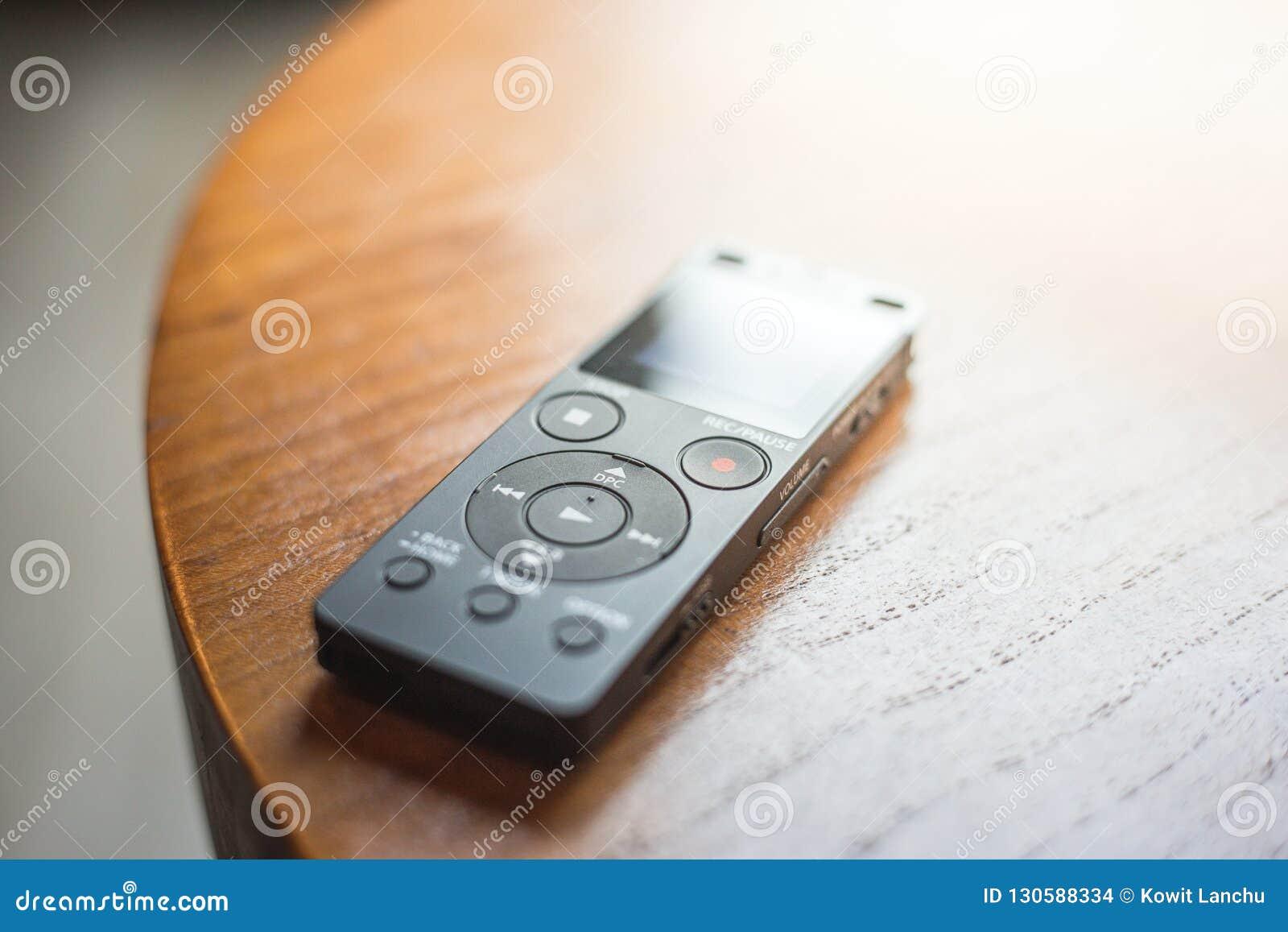 Fermez-vous du mini enregistreur sur la table en bois Bruit record d équipement