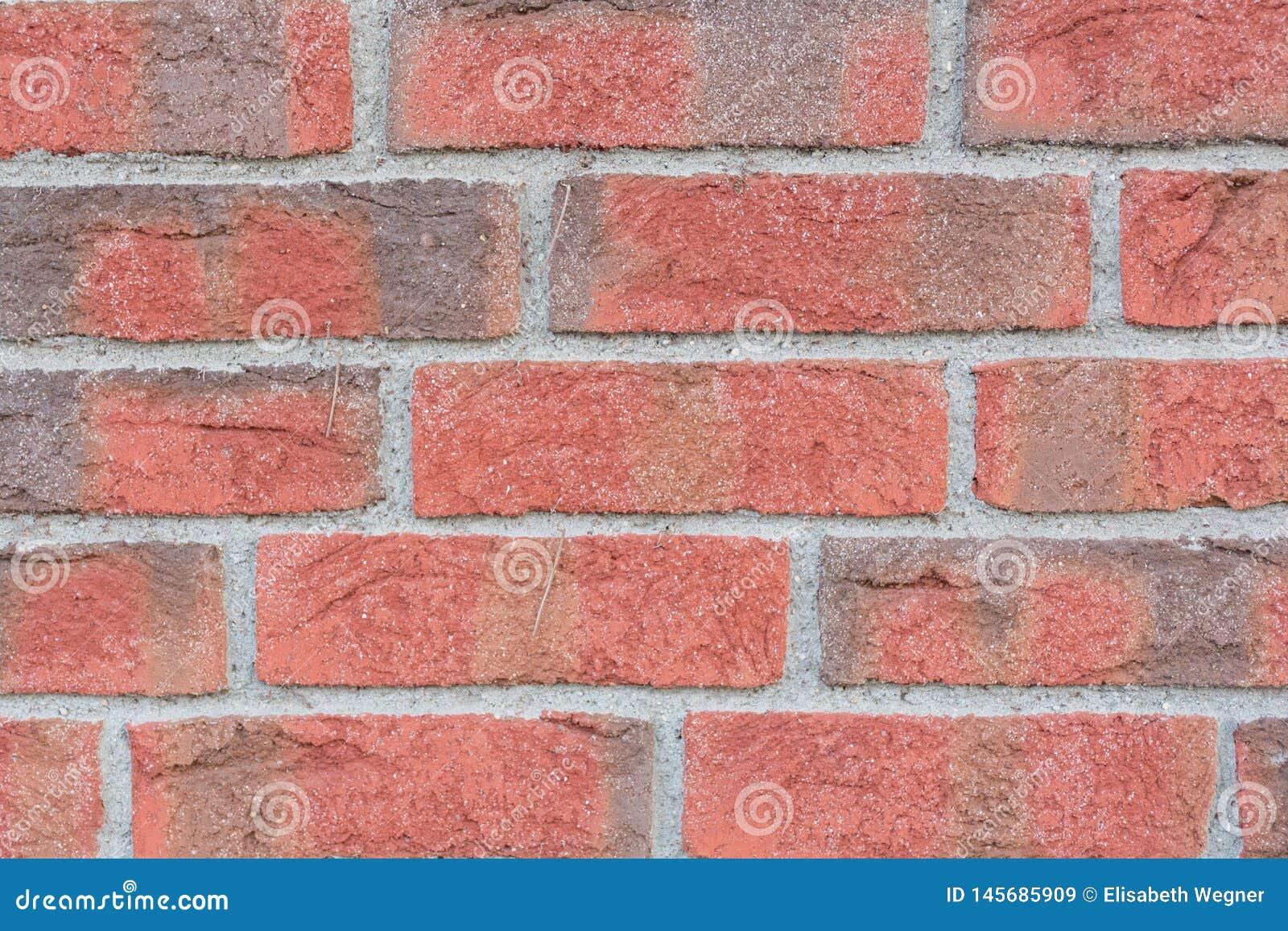 Fermez-vous du mur de briques rouge et gris