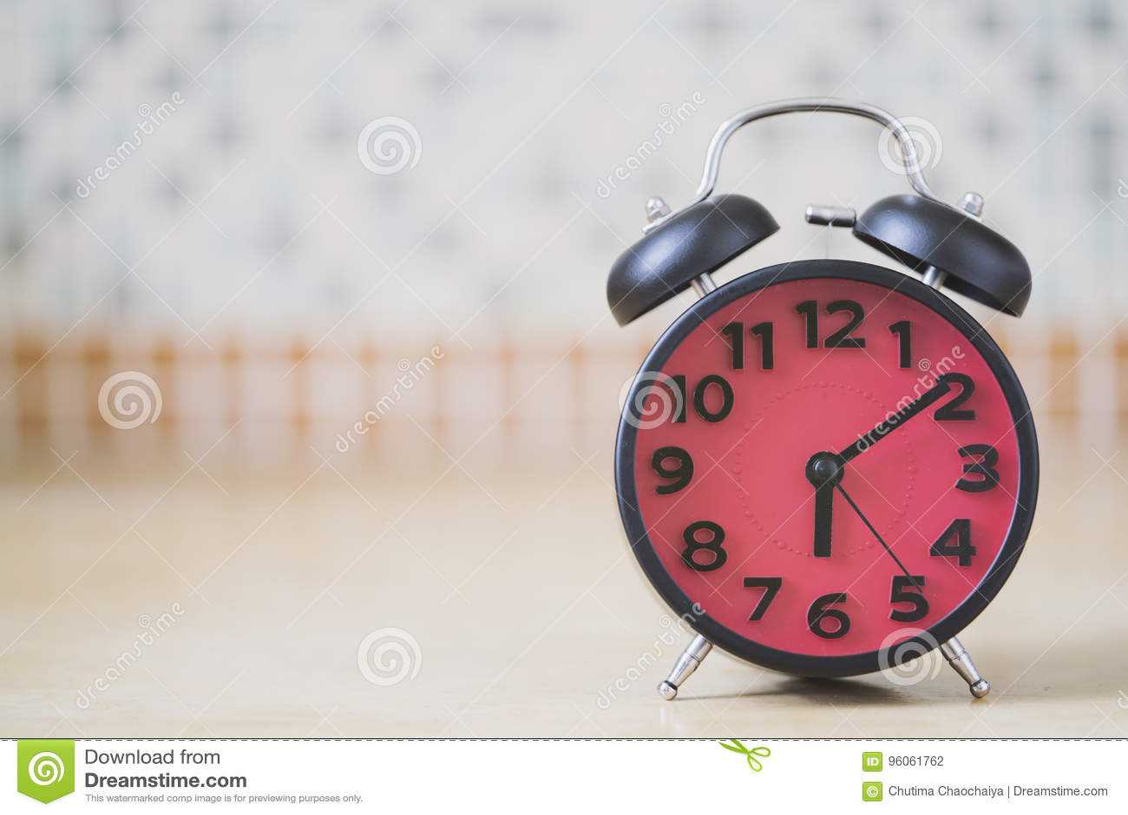 Fermez-vous du rétro réveil sur la table pendant le matin