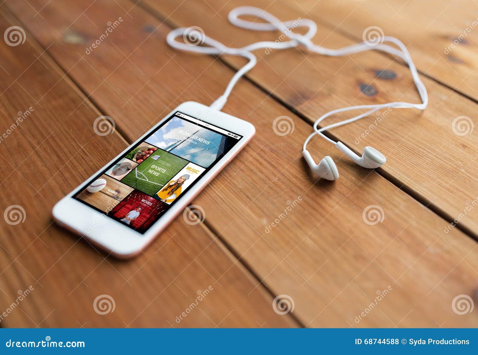 Fermez-vous du smartphone et des écouteurs sur le bois