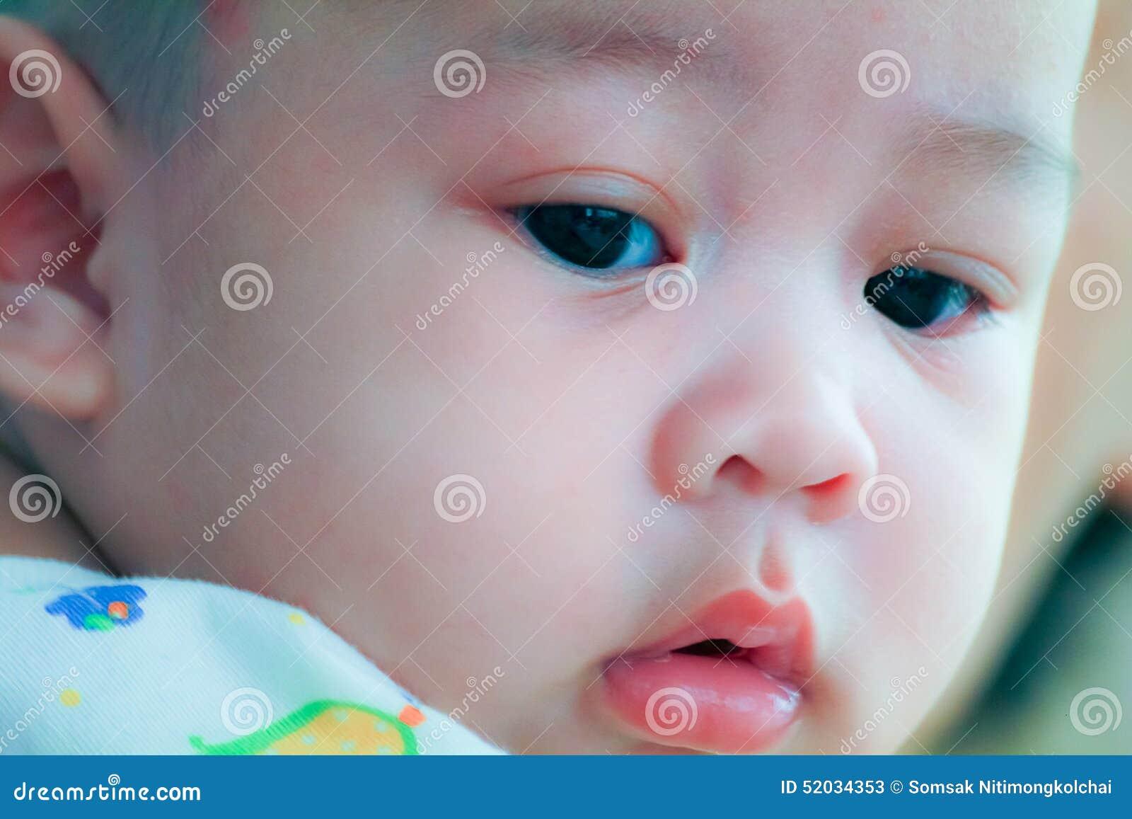 Fermez-vous du visage innocent du jeune bébé