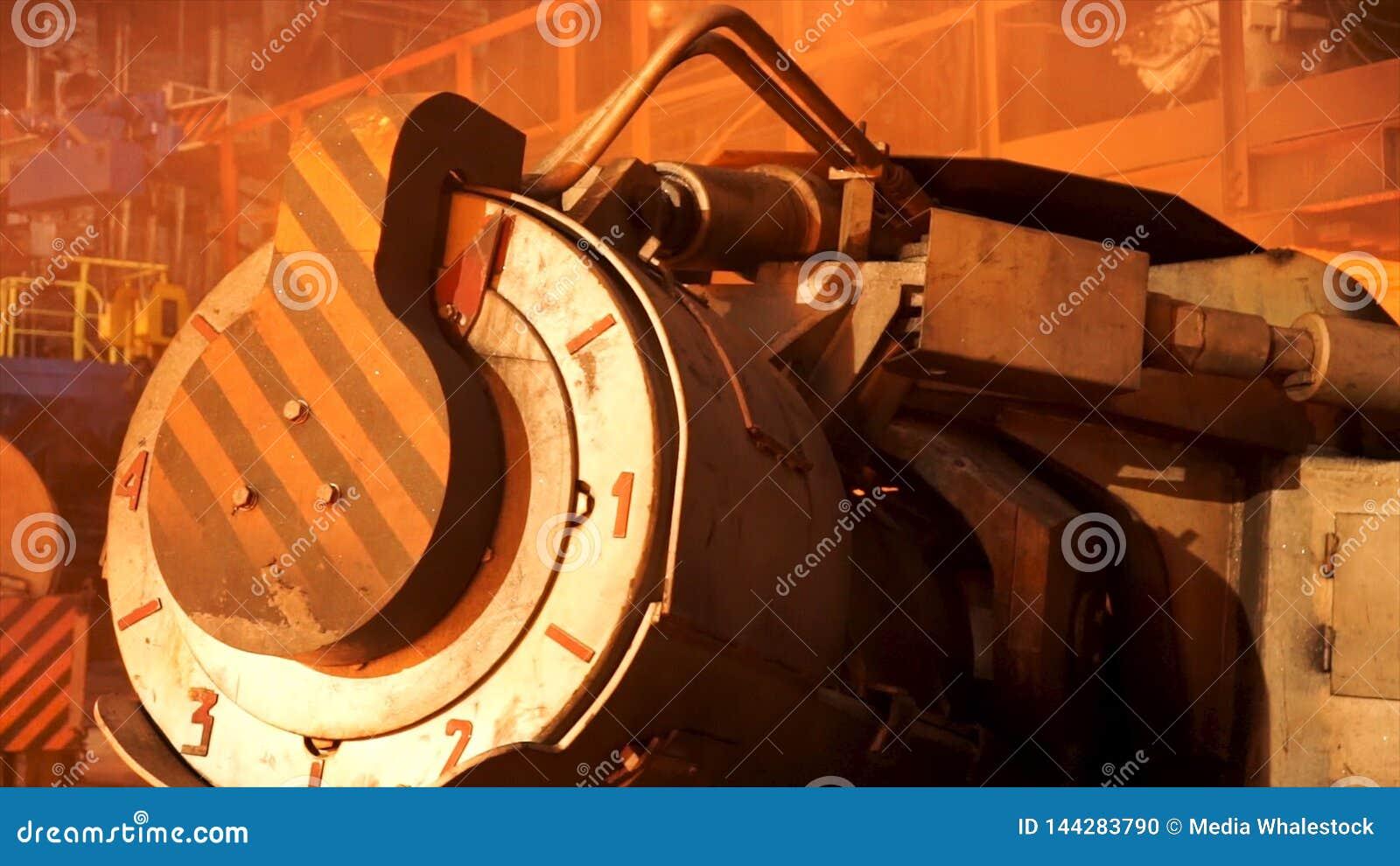 Fermez-vous pour le four en acier avec des indicateurs de temerature au magasin métallurgique d usine, concept lourd de métallurg