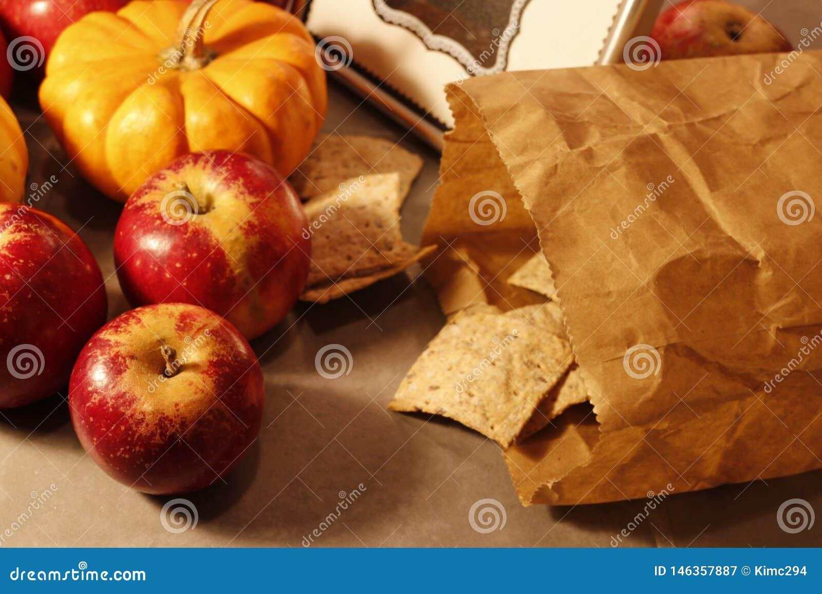 Fermez-vous sur des pommes rouges et un sac de papier de pain croustillant