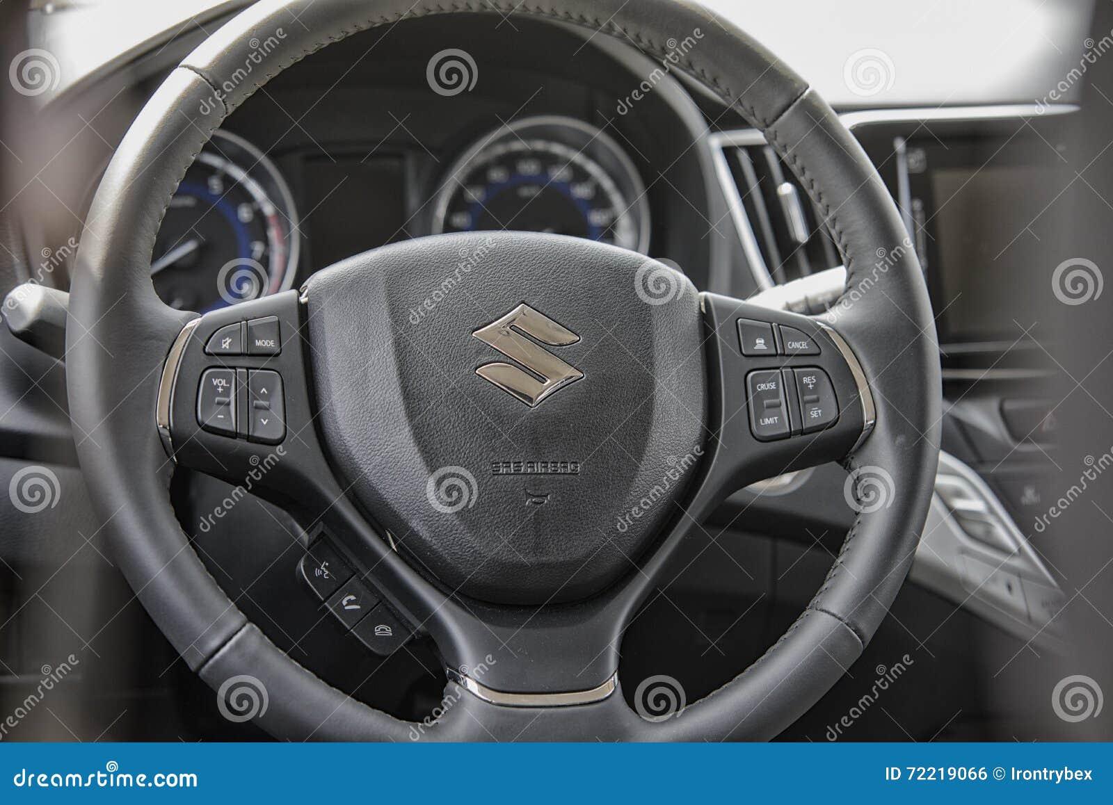 Fermez-vous sur la roue sterring de Suzuki Baleno