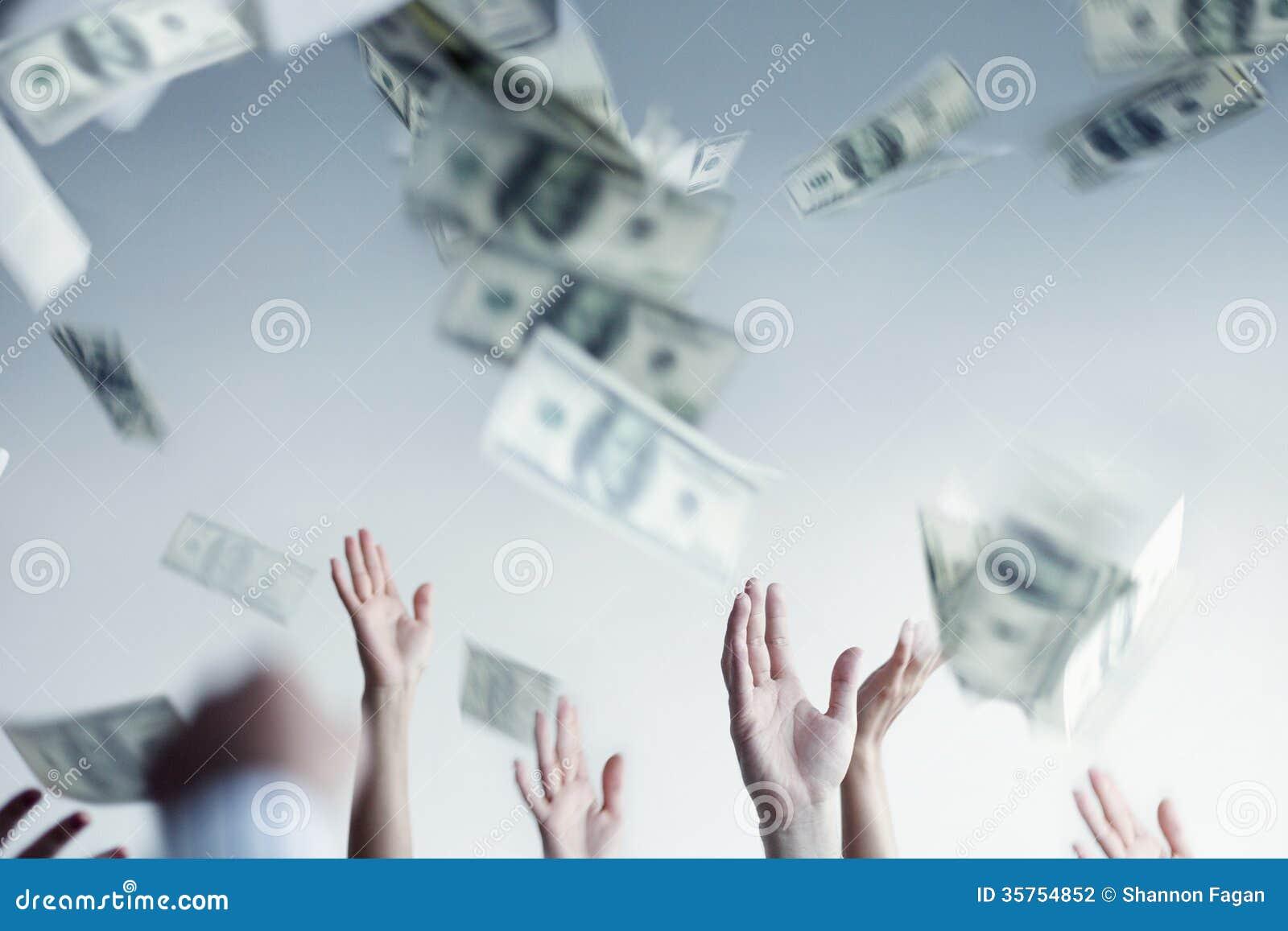 Fermez-vous sur le lancement augmenté par mains et l argent contagieux dans le ciel