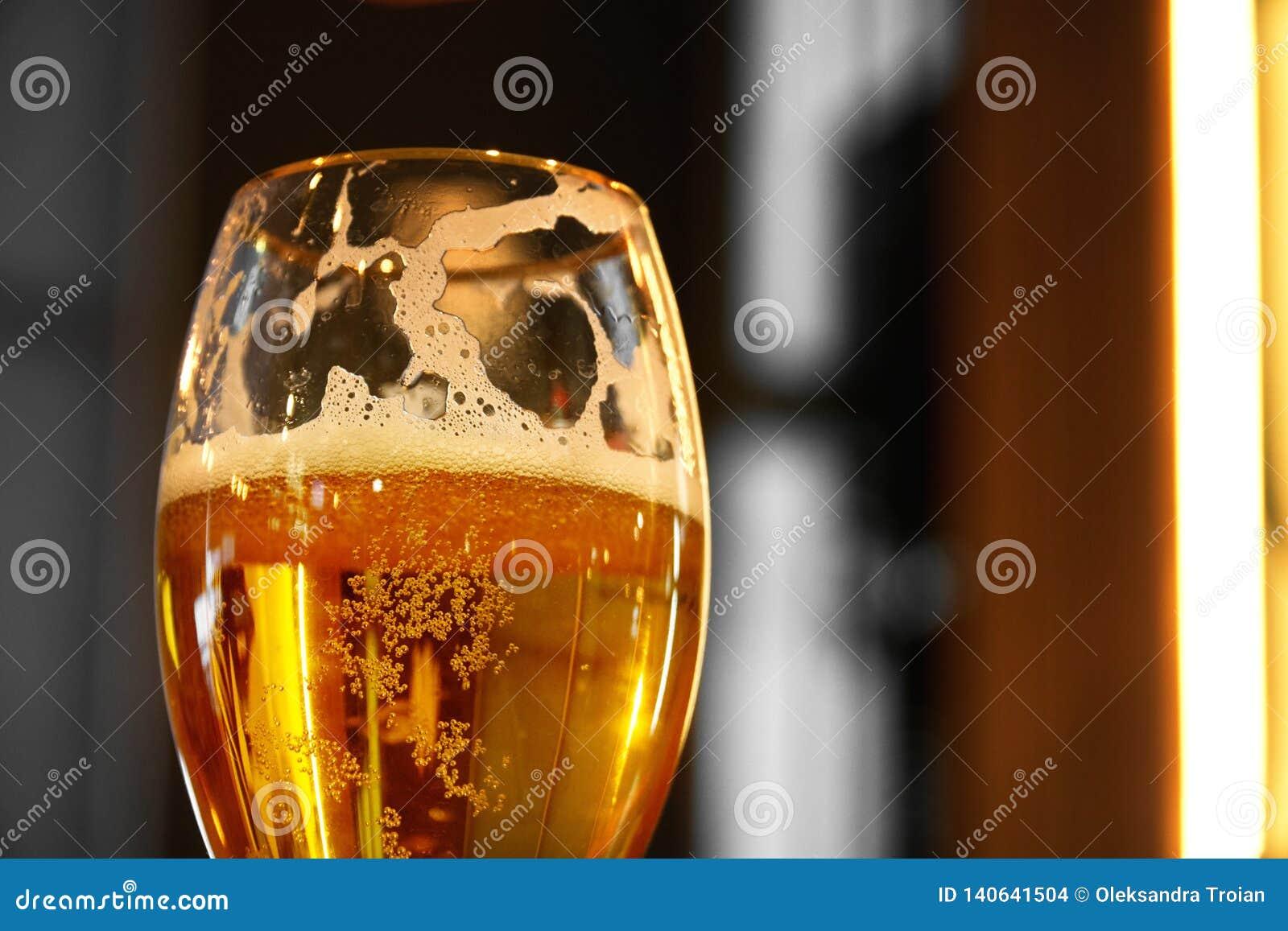 Fermez-vous sur un verre de pinte de bière ambre de Pale Ale, moulant une ombre sur une table en bois, et l espace pour le texte