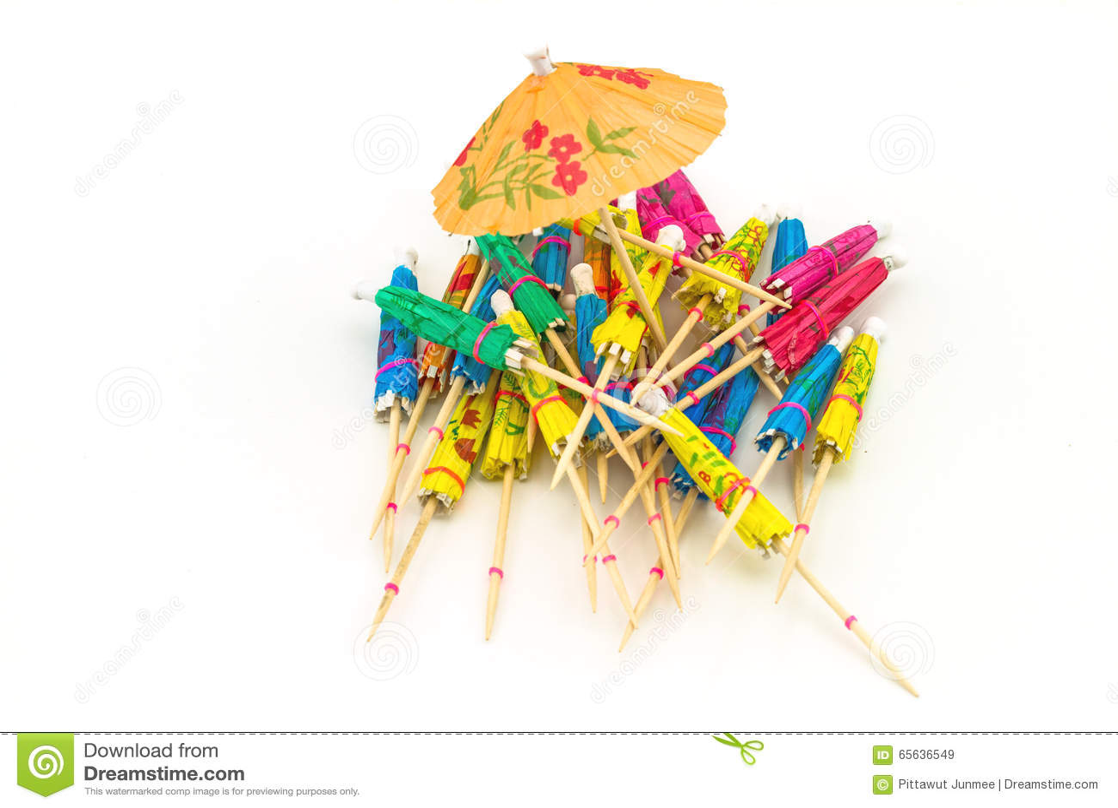 Fermez-vous vers le haut de coloré de beaucoup de parapluies de cocktail sur le backgrou blanc