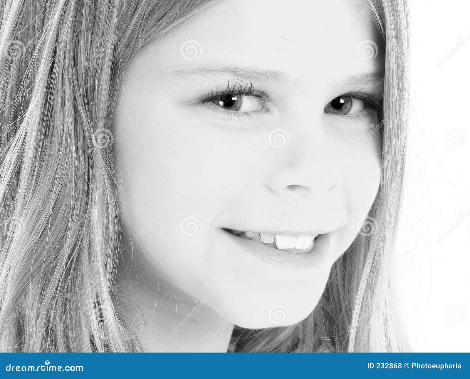 Fermez-vous vers le haut de la belle fille américaine de 10 ans dans le noir et le Whi