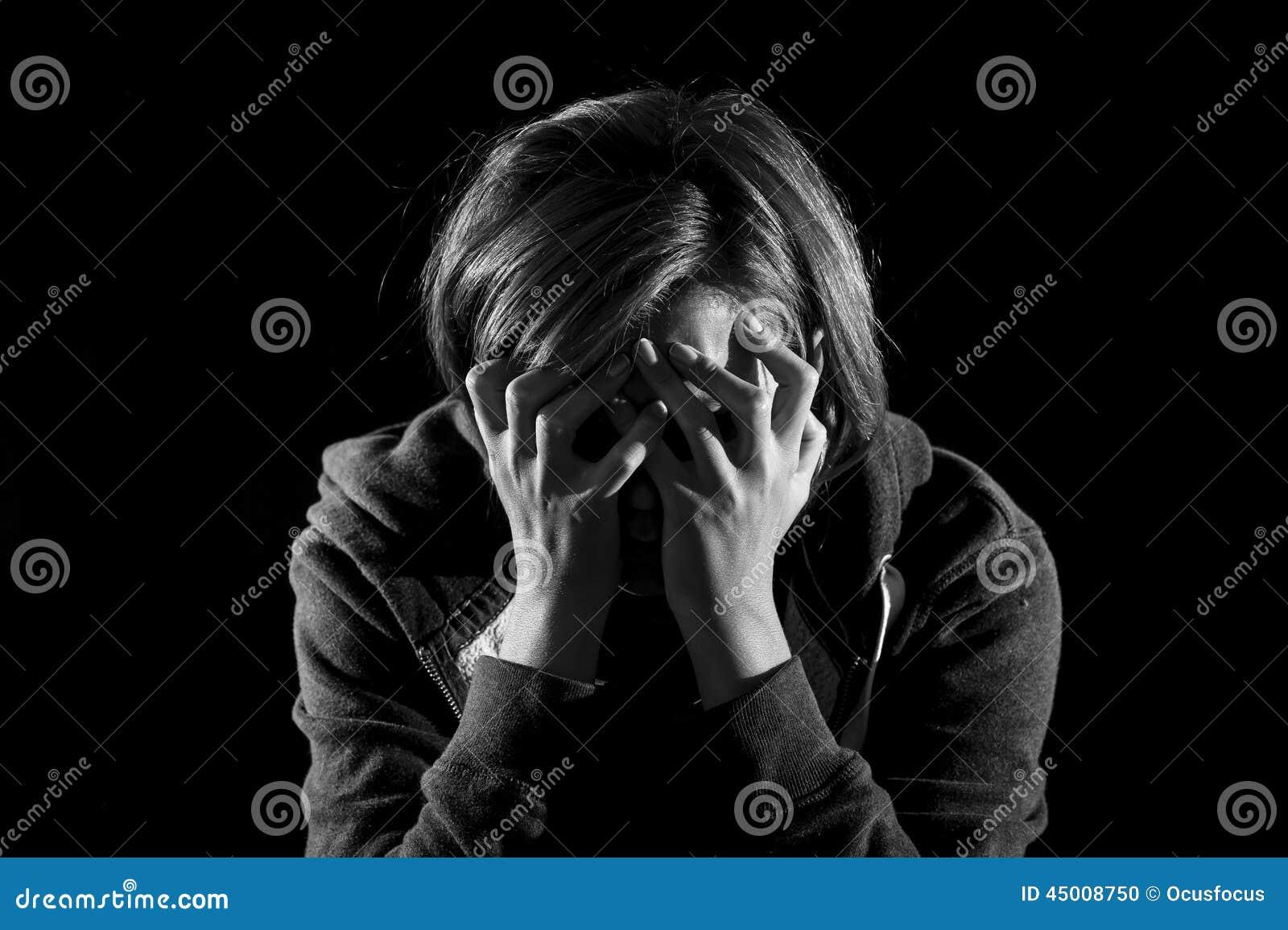Fermez-vous vers le haut de la dépression de souffrance de femme et seul soumettez à une contrainte en douleur et peine