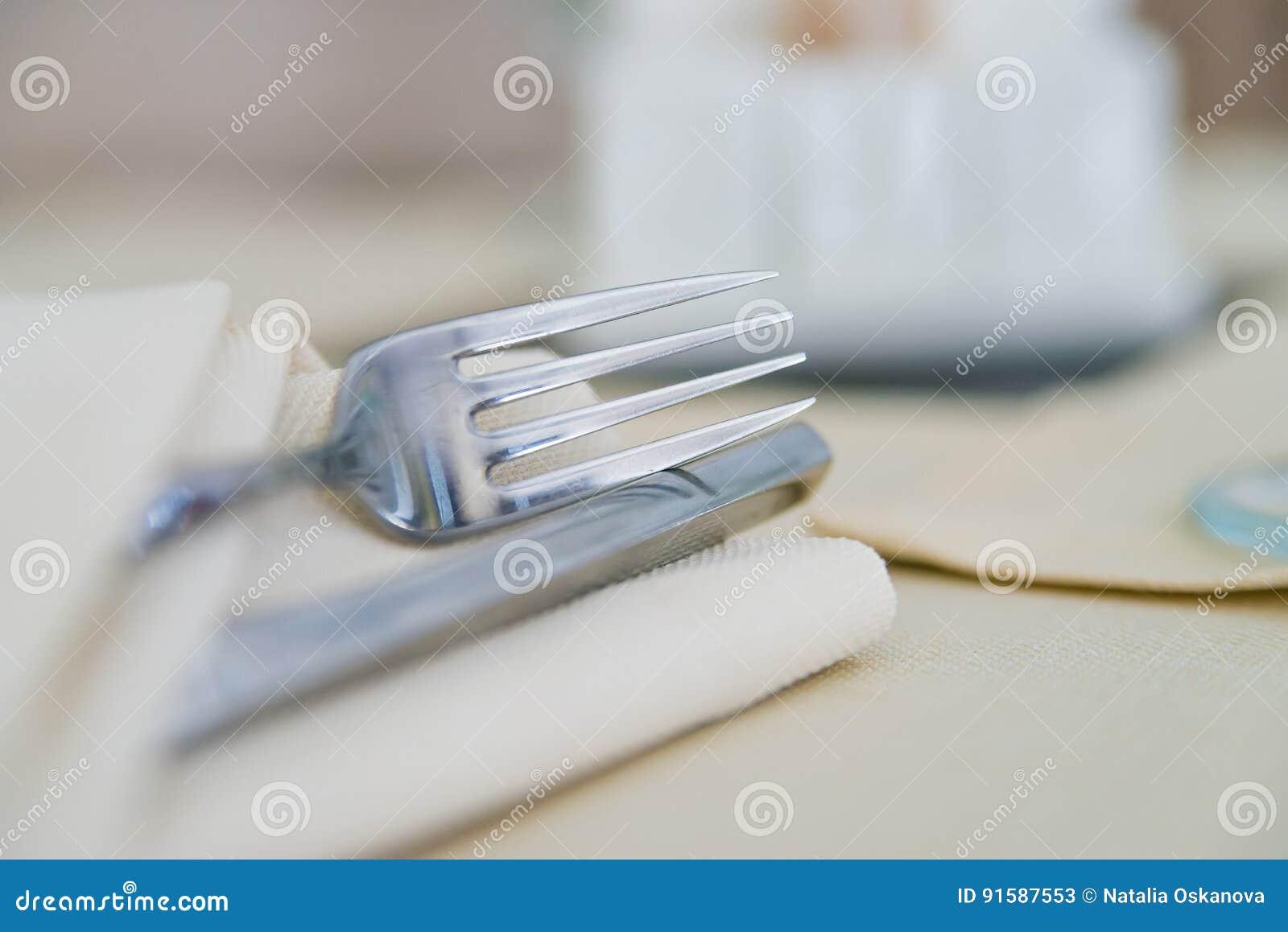 Fermez-vous vers le haut de la fourchette sur la serviette blanche dans le restaurant