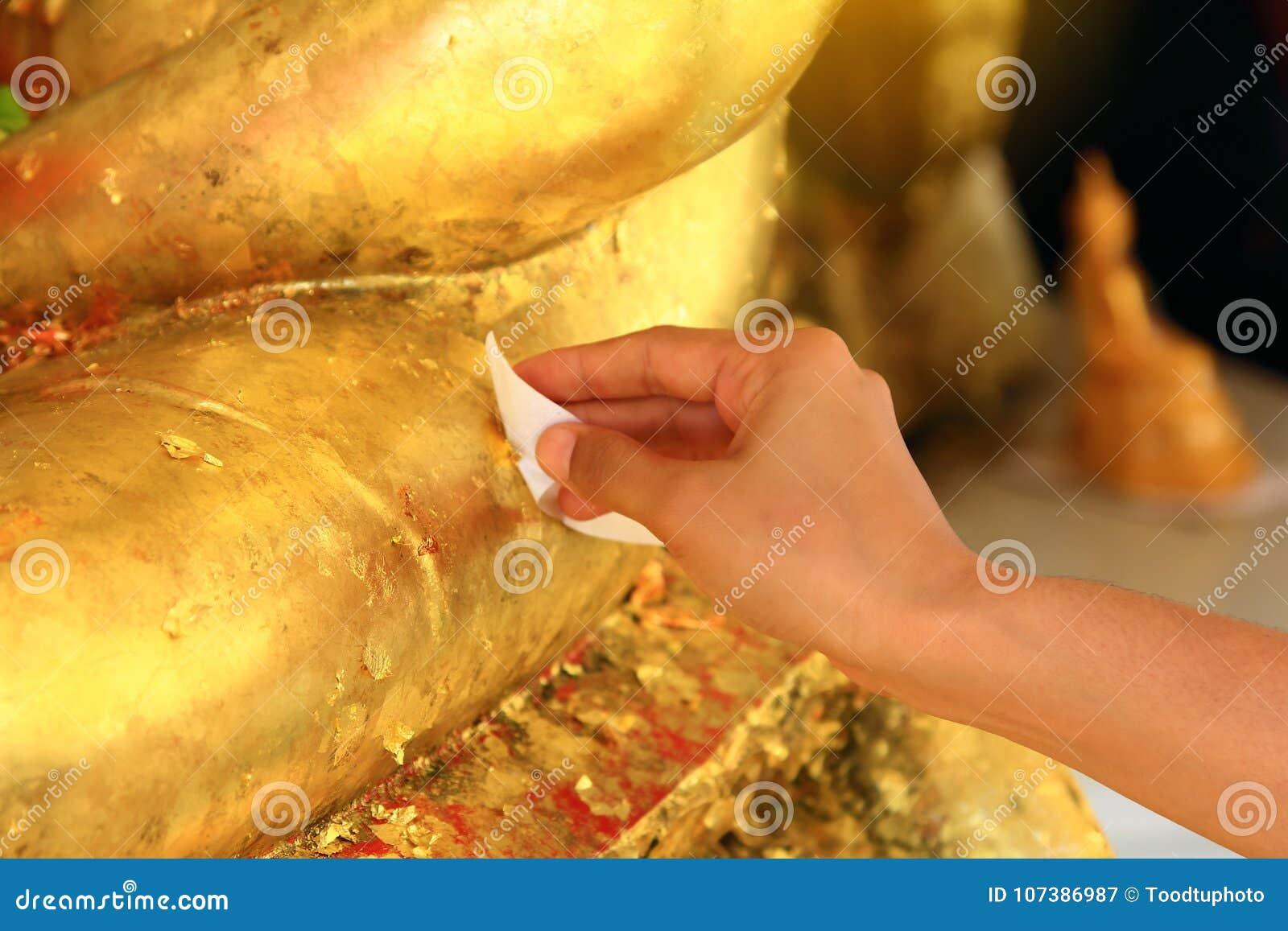 Fermez-vous vers le haut de la main, faites le mérite qui est culture de bouddhiste traditionnel thaïlandais et de foi