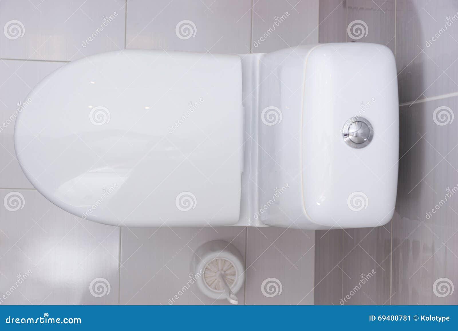 fermez vous vers le haut de la vue a rienne d 39 une toilette blanche simple image stock image du. Black Bedroom Furniture Sets. Home Design Ideas