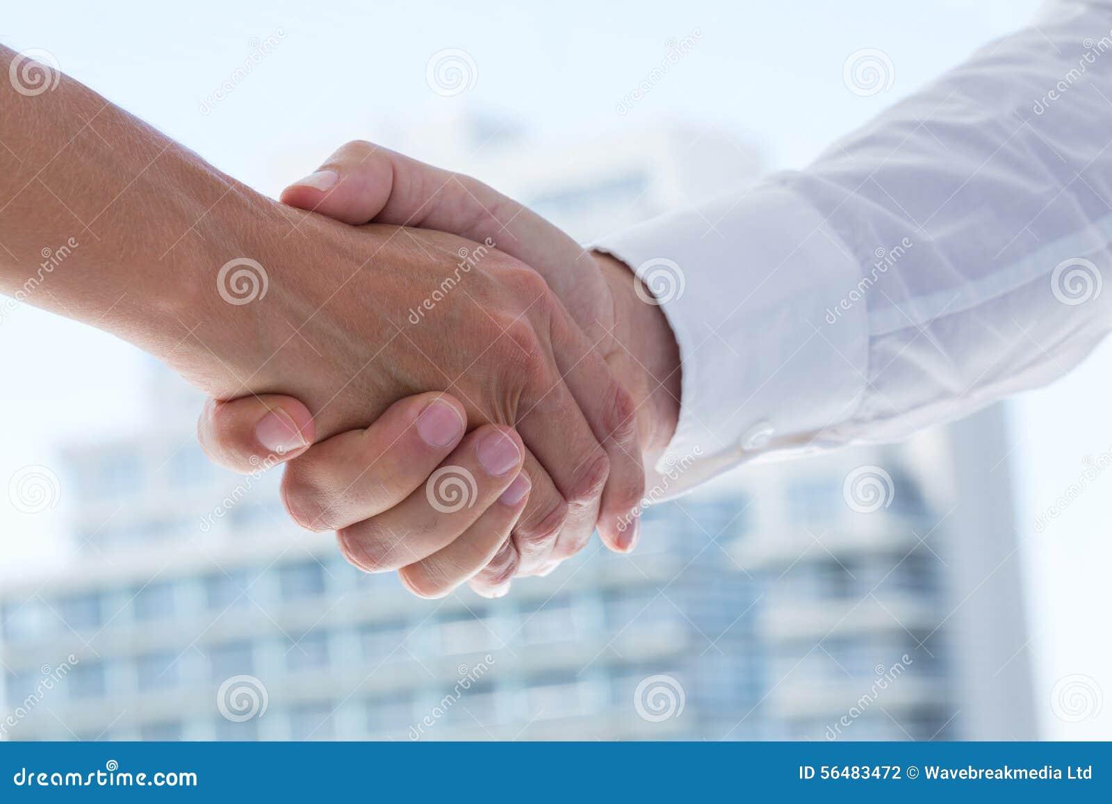 Fermez-vous vers le haut de la vue de deux gens d affaires se serrant la main