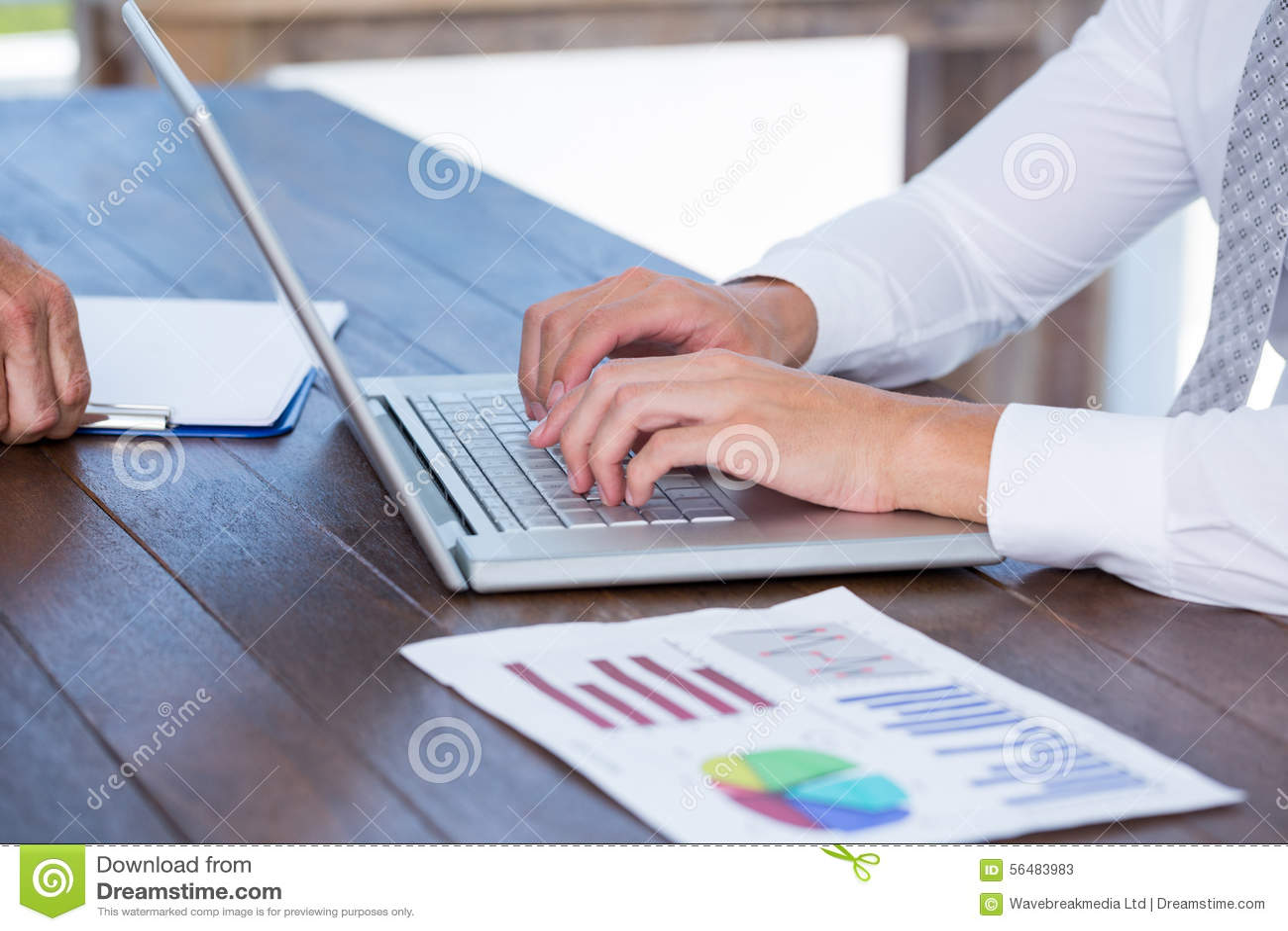 Fermez-vous vers le haut de la vue de l homme dactylographiant sur son ordinateur portable